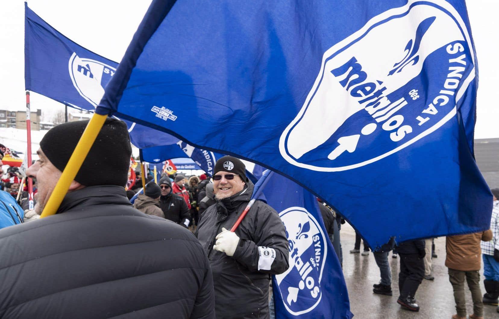 Des syndiqués manifestent devant un hôtel où le premier ministre Justin Trudeau tient une réunion à Sherbrooke, le mercredi 16 janvier 2019.