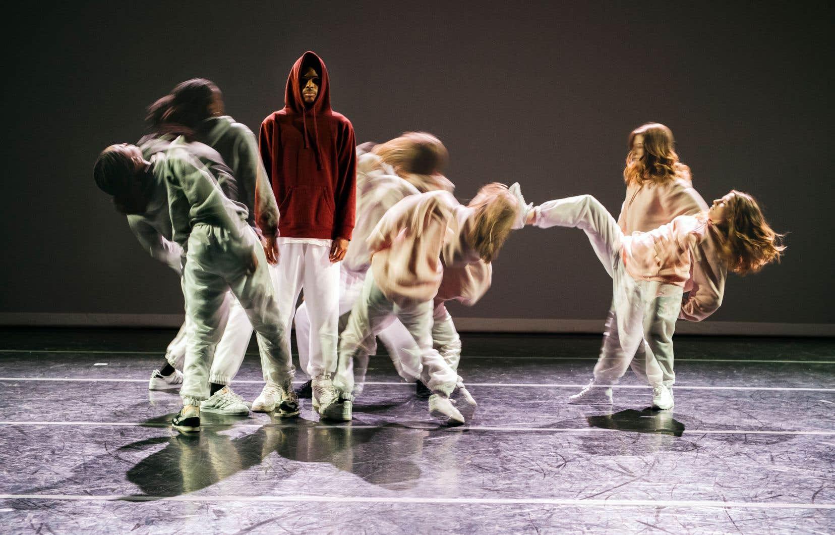 «In-Ward» est portée par six danseurs à l'engagement physique sans faille et sans demi-mesure.