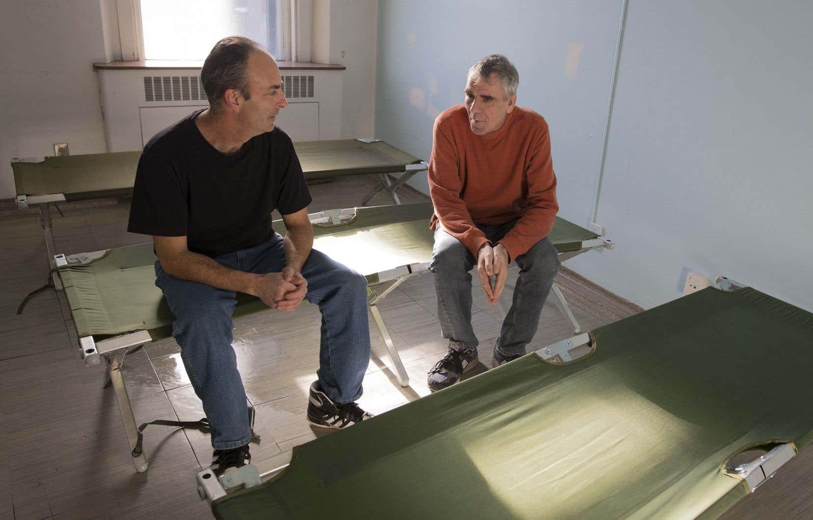 Stéphane Houle et Richard Dominique s'occupent de l'entretien dans le nouveau centre d'hébergement de l'ancien Royal Victoria.