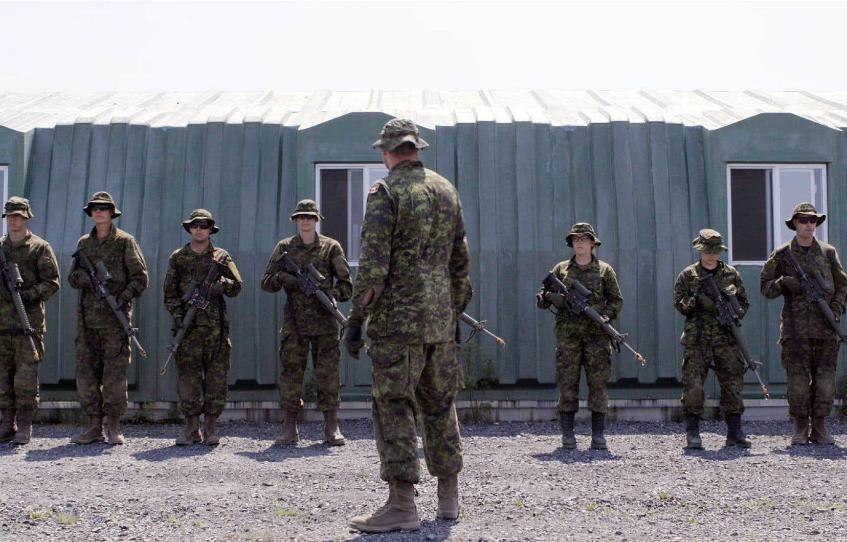 «Premières armes» demeure un film qui plonge dans l'humanité de chacun de ses personnages, même si cette humanité n'a pas vraiment droit de cité dans l'armée.