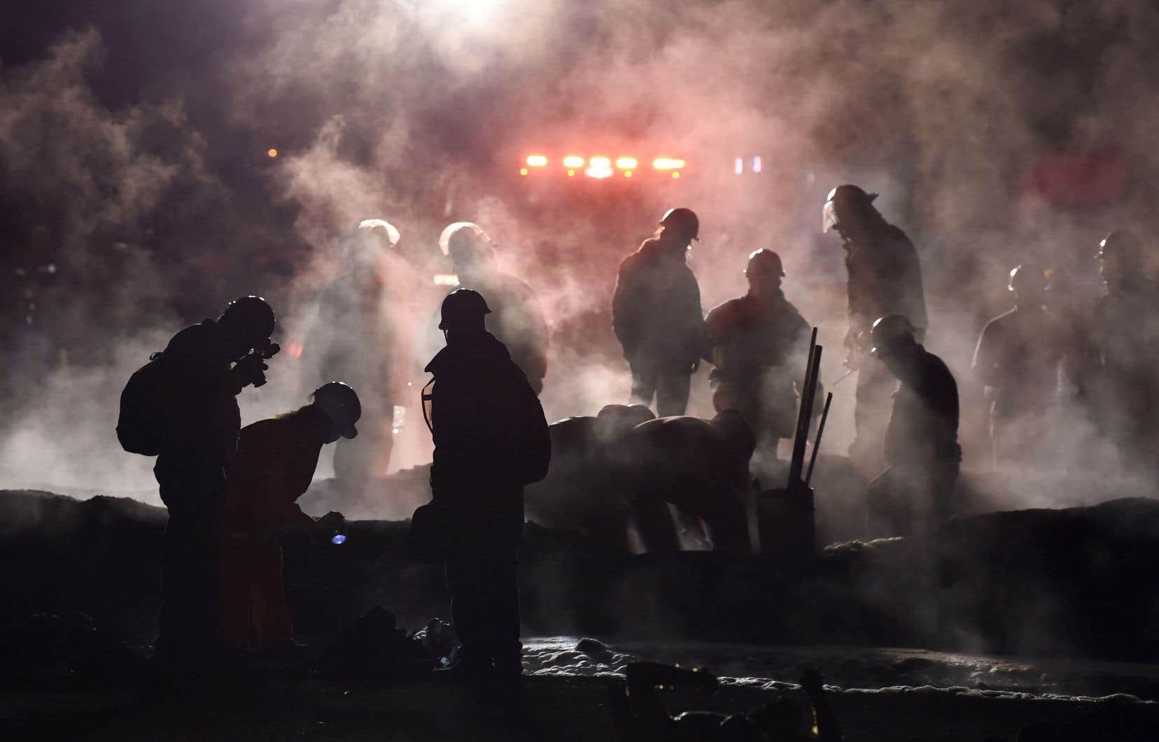 Des pompiers éteignent les dernières flammes qui ont décimé les corps des victimes brûlées par un incendie majeur d'un oléoduc à Tlahuelilpan, dans l'État d'Hidalgo, au Mexique, le 19 janvier 2019.