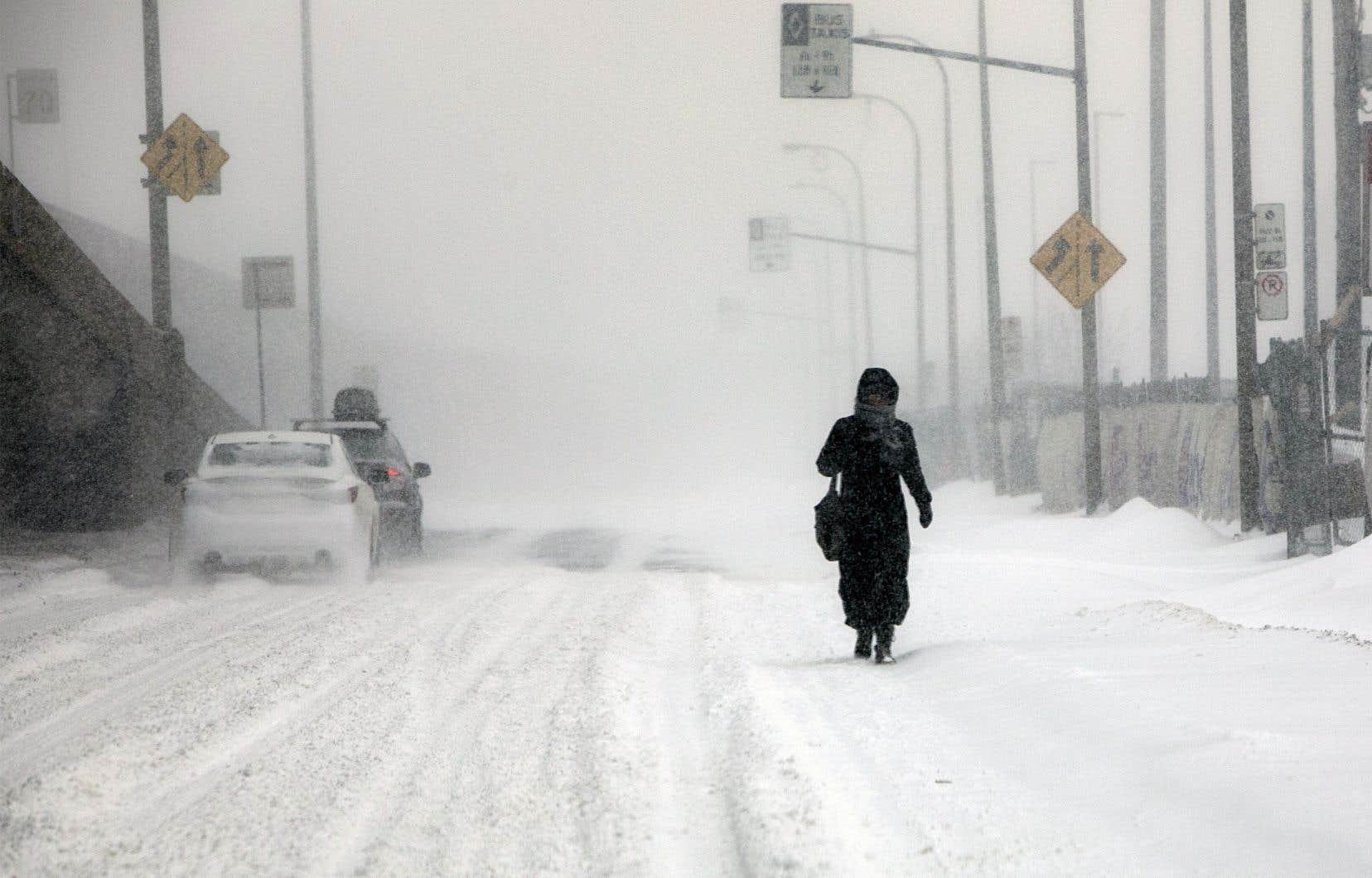 Les vents provoquent de la poudrerie ce qui réduit considérablement la visibilité sur les routes.