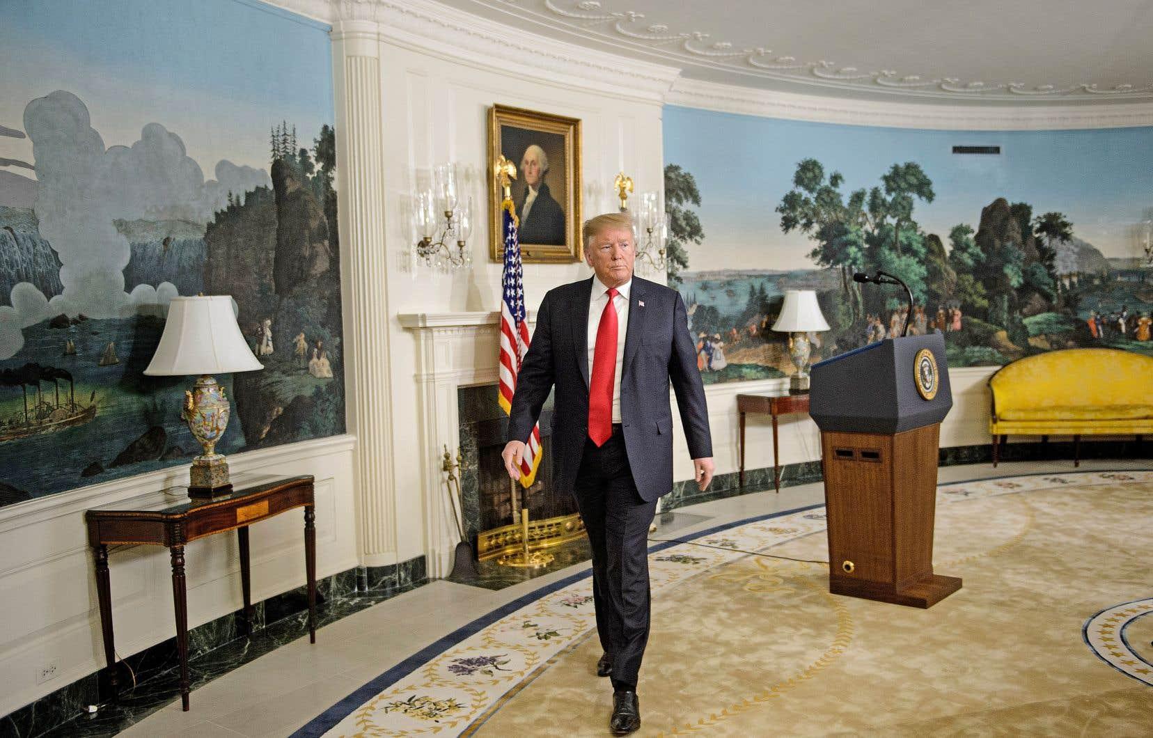 Le président quittant la salle de la Maison-Blanche, où il a annoncé sa proposition pour mettre fin à la paralysie partielle, samedi