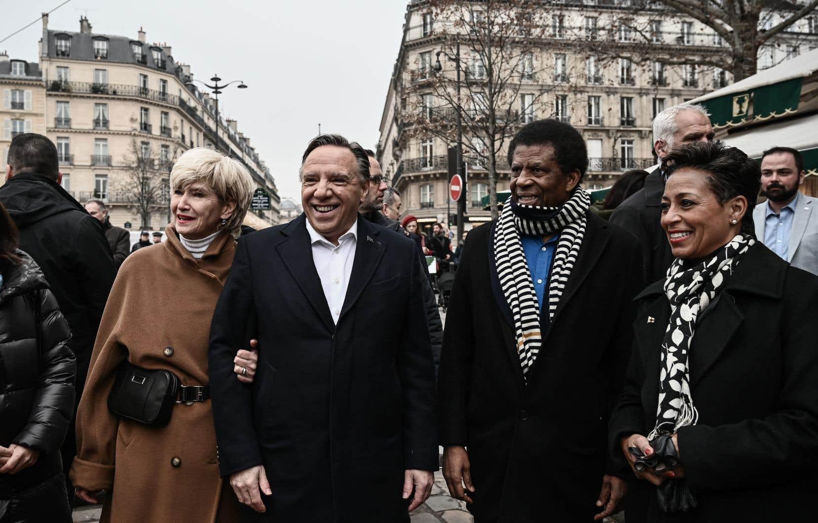 Le premier ministre François Legault a amorcé dimanche sa première visite officielle en France. Sur la photo, il est accompagné de sa femme, Isabelle Brais, de l'écrivain Dany Laferrière et de la ministre québécoise des Relations internationales, Nadine Girault.