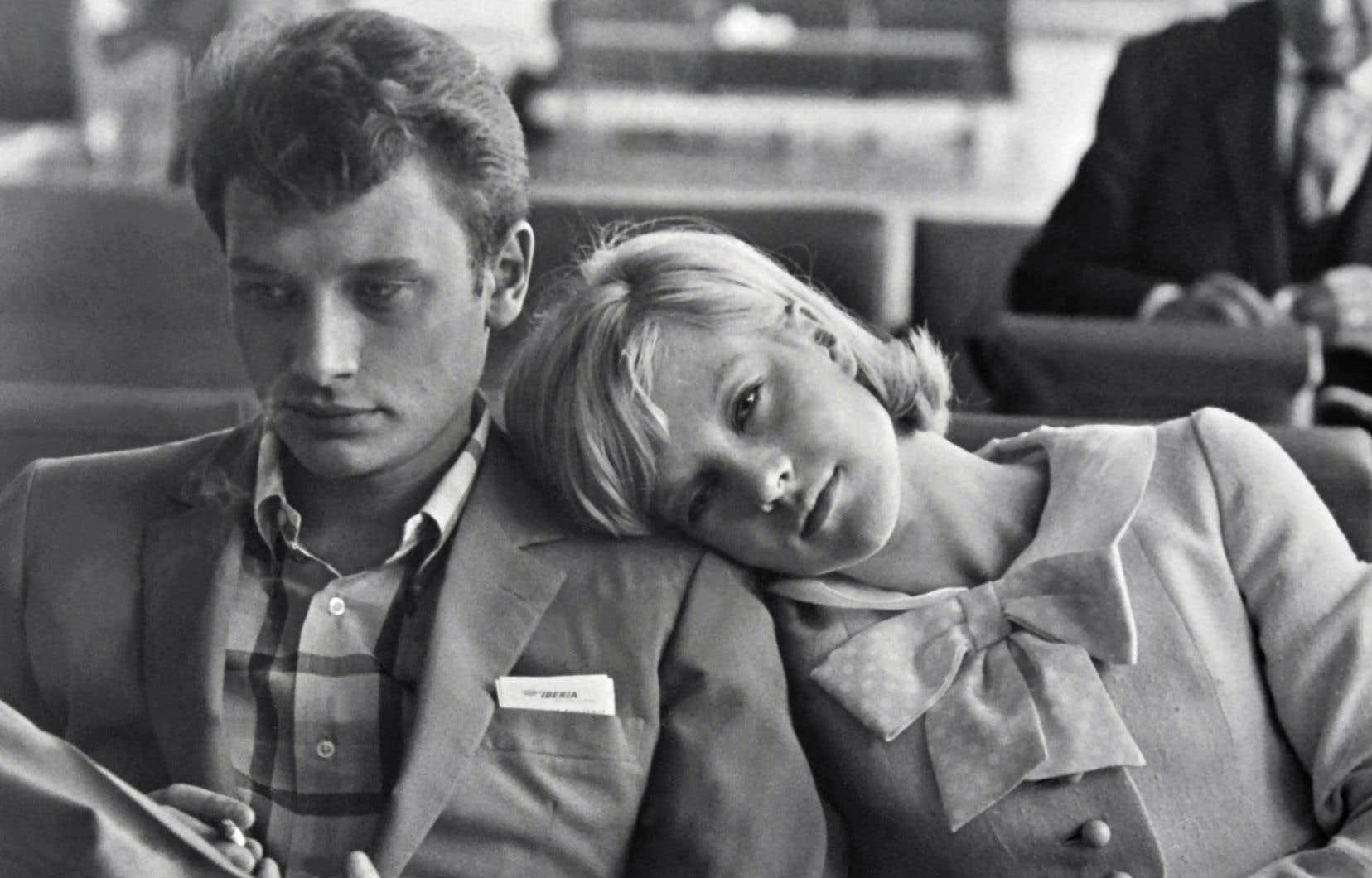 «Dans le spectacle, j'ai voulu montrer Johnny à un moment de sa vie où il était beau et jeune, où nous étions tous les deux presque des enfants, au départ de nos vies.» Ici, les nouveaux mariés photographiés en 1965.
