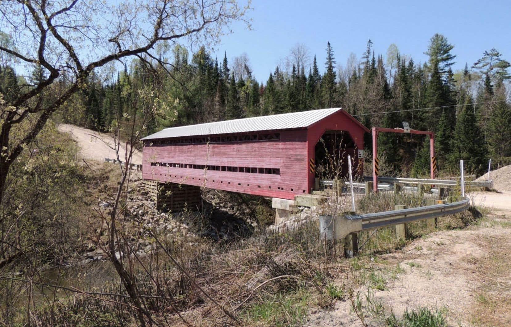 Construit en 1923, d'une longueur de 27 mètres, le pont Kelly était un témoin du style architectural «Town élaboré».
