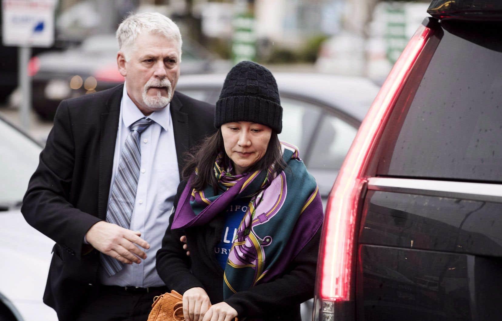 L'ambassadeur du Canada en Chine, John McCallum, en a surpris plus d'un en disant que la dirigeante de Huawei, Meng Wanzhou, que l'on voit ici avec un de ses gardes privés, possède un bon dossier pour se défendre contre la demande d'extradition des États-Unis.