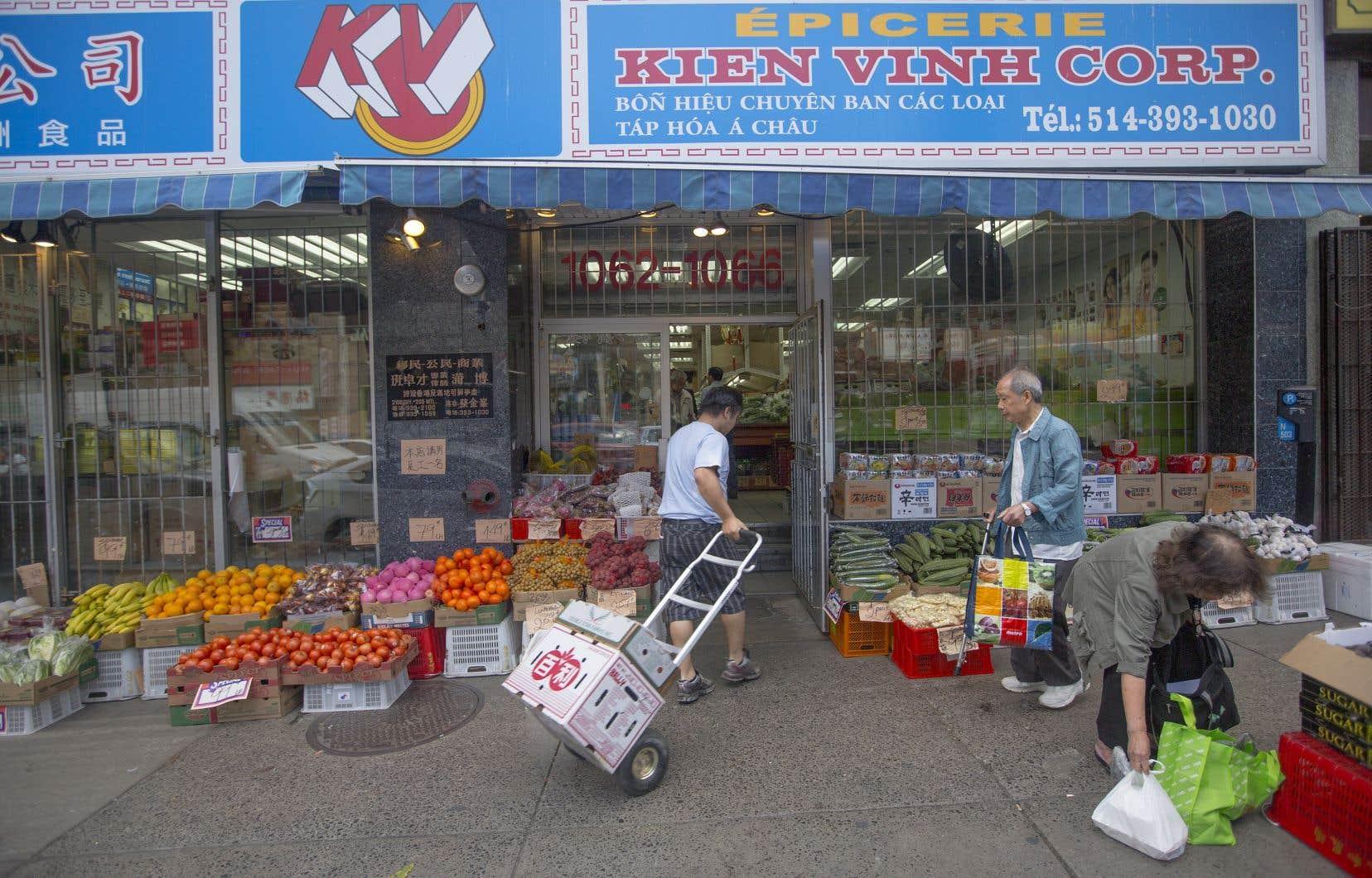 «Le petit commerçant d'origine étrangère sait, s'il veut rester en affaires, qu'il doit pouvoir servir sa clientèle dans les deux langues», explique l'auteur.