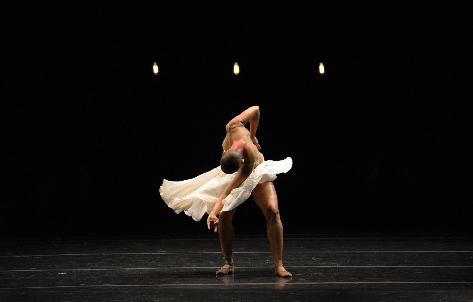 «Gira»s'inspire des danses spirituelles umbanda, culte afro-brésilien qui résulte d'un syncrétisme entre la religion catholique et des rites africains et indigènes d'Amazonie.