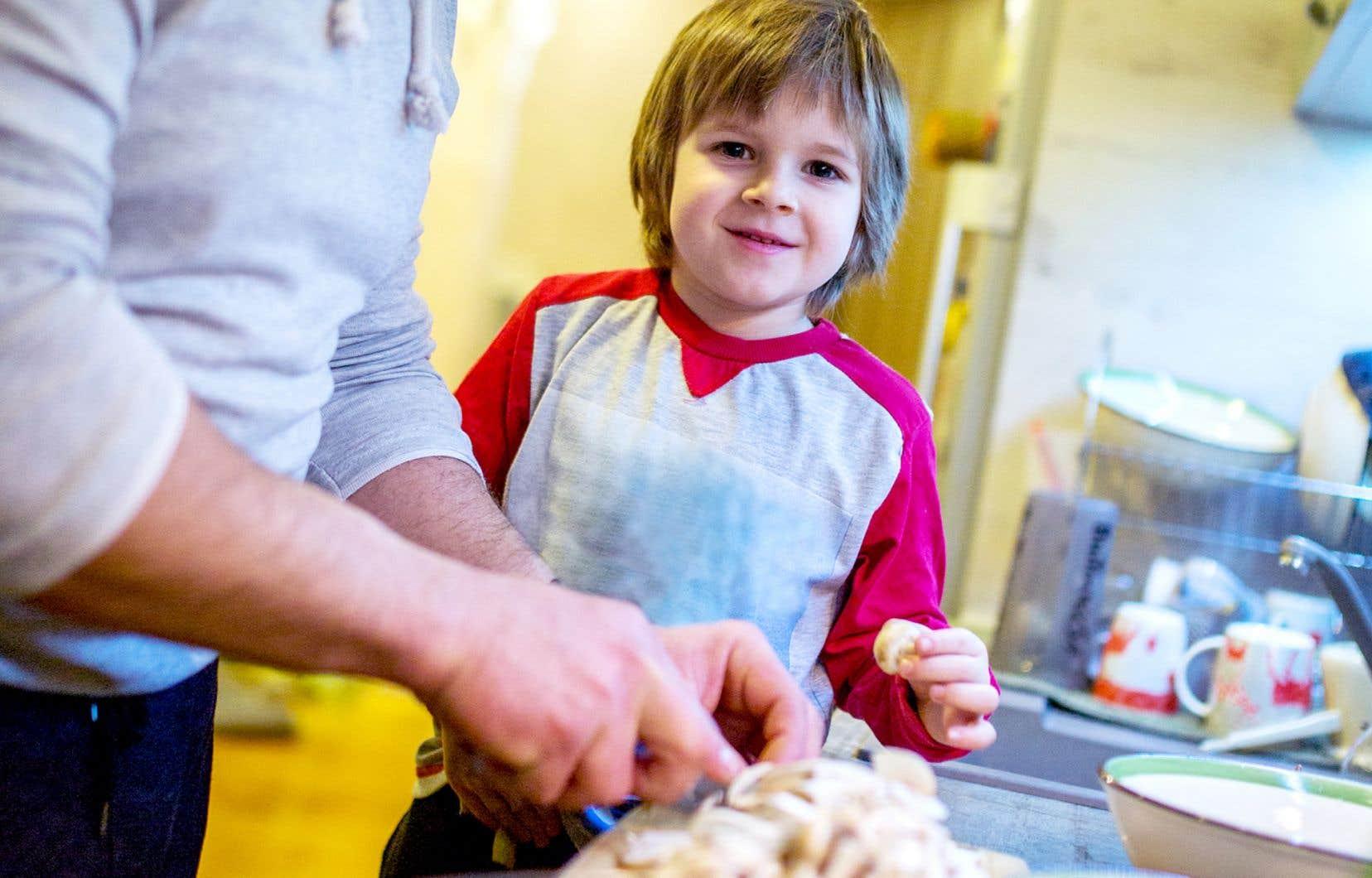 Mettre la main à la pâte permet de nous éloigner des aliments transformés, qui représentent près de la moitié des calories ingérées par les Canadiens. C'est aussi une occasion en or de transmettre nos connaissances culinaires aux enfants, qui sont en pleine découverte des aliments.