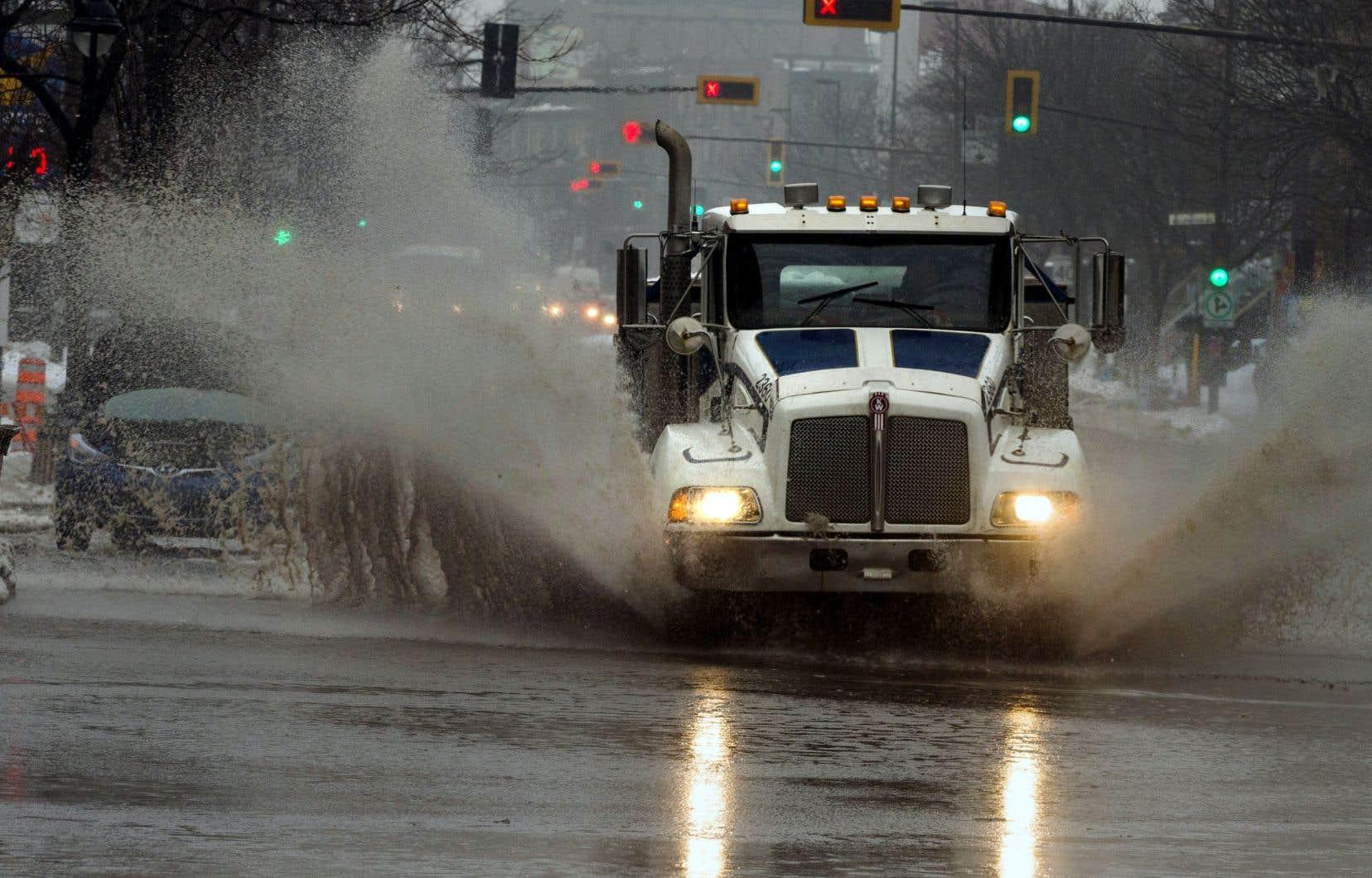 Les rues de la métropole étaient submergées jeudi matin avec la pluie tombée et la fonte de la neige.