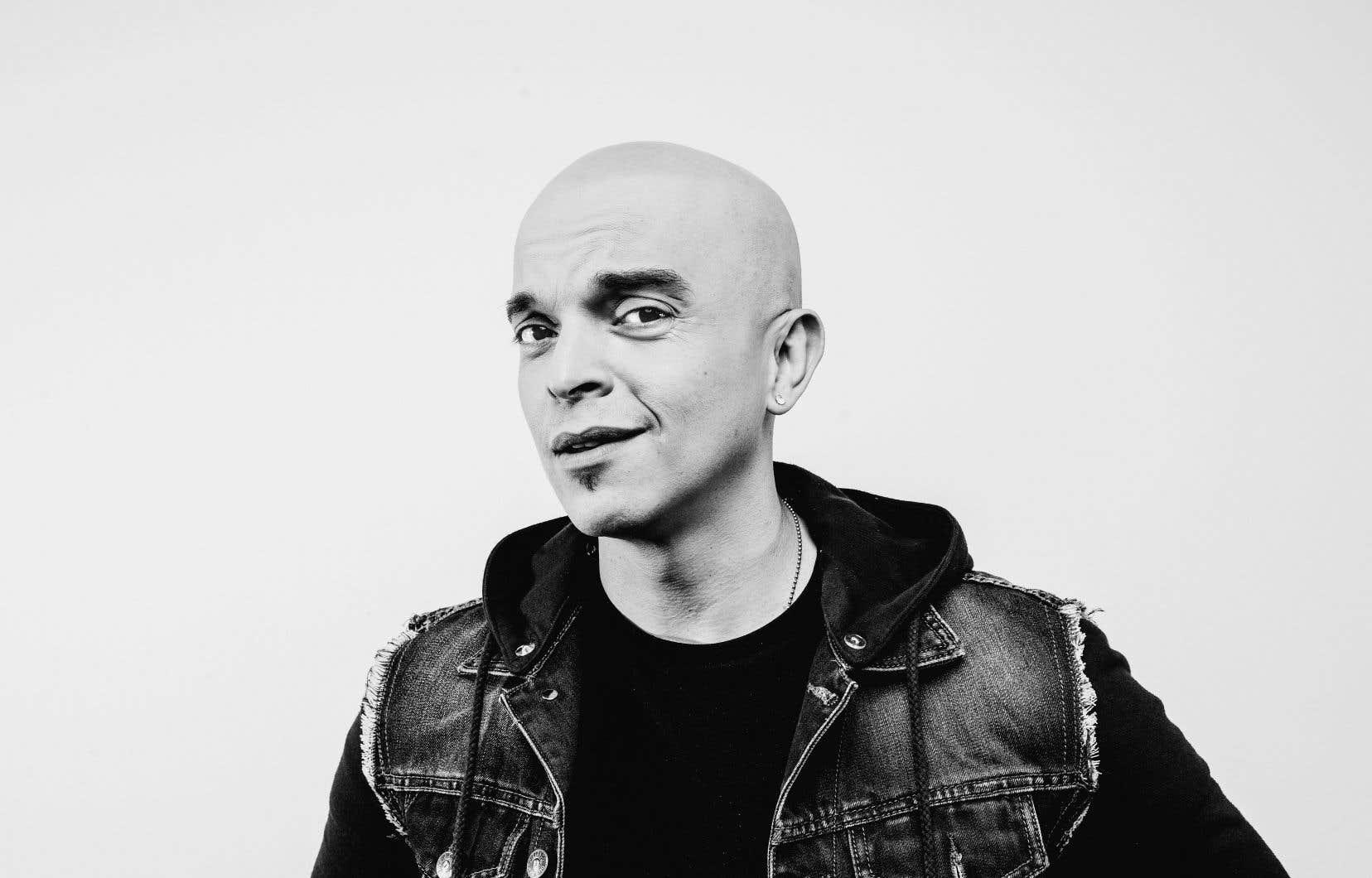 Rachid Badouri inaugure l'émission «L'open mic de...», en livrant un monologue d'ouverture fort amusant…