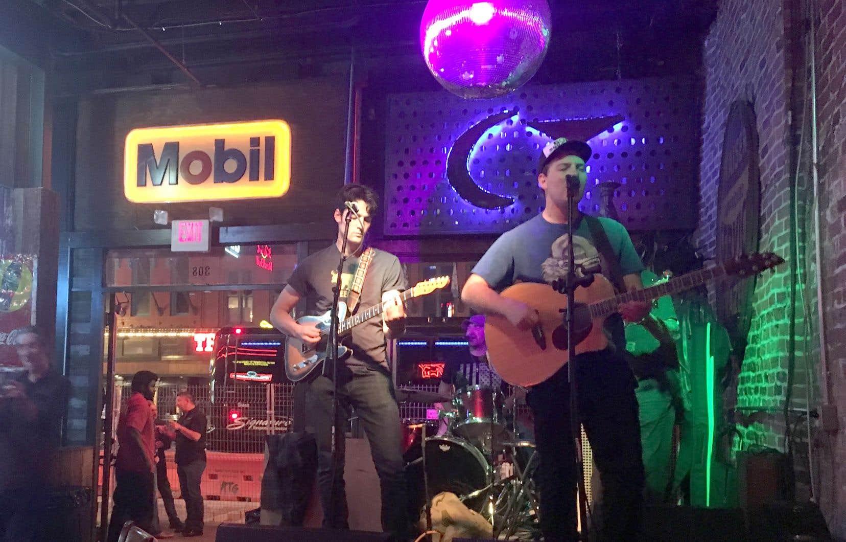 La petite scène sur laquelle des artistes se produisent, de 10h du matin jusqu'à l'aurore, est un élément central pour de nombreux bars à Nashville.