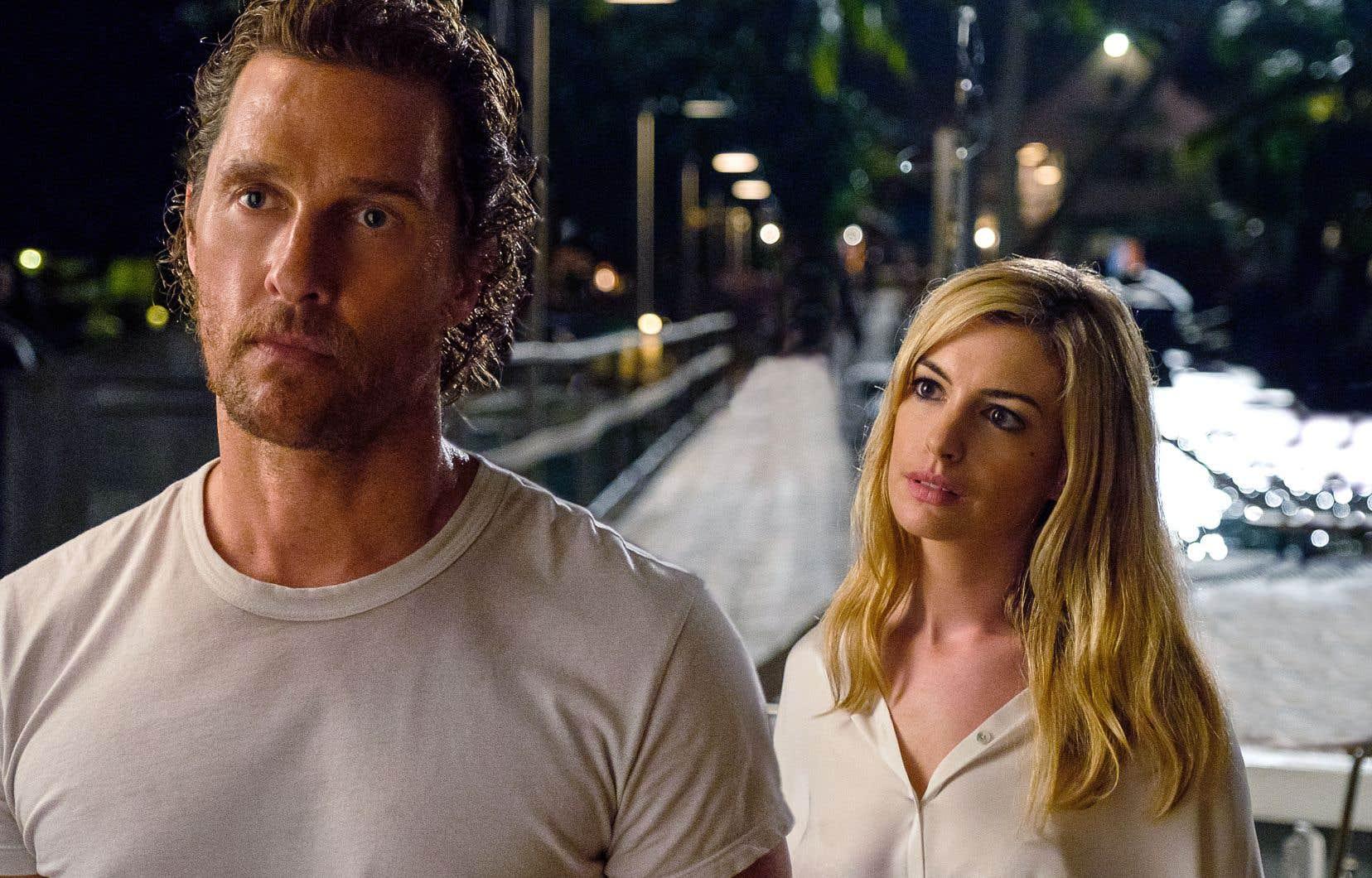 Matthew McConaughey semble condamné à tomber la chemise et le pantalon, tandis qu'Anne Hathaway, peroxydée, est pitoyable en femme fatale.
