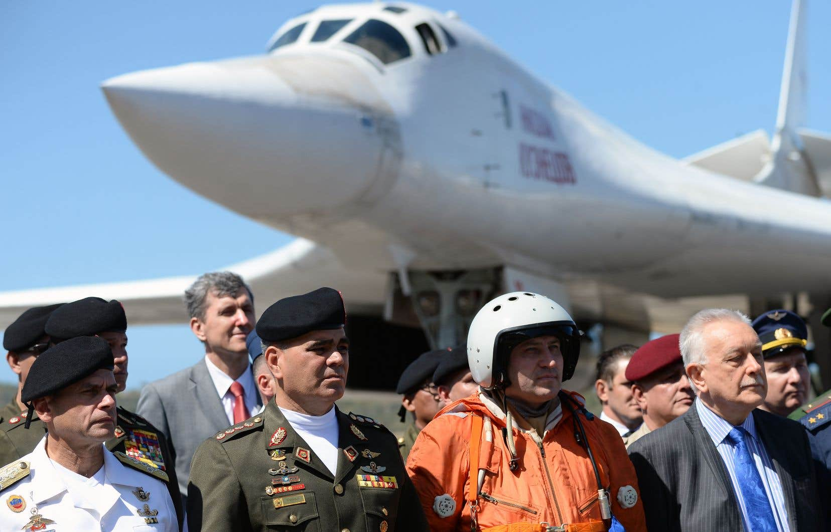 Le ministre vénézuélien de la Défense, Vladimir Padrino (le deuxième à partir de la gauche), a été photographié à l'occasion de l'arrivée de deux bombardiers russes à l'aéroport de Maiquetía - Simón Bolívar, situé au nord de Caracas, le 10décembre dernier.