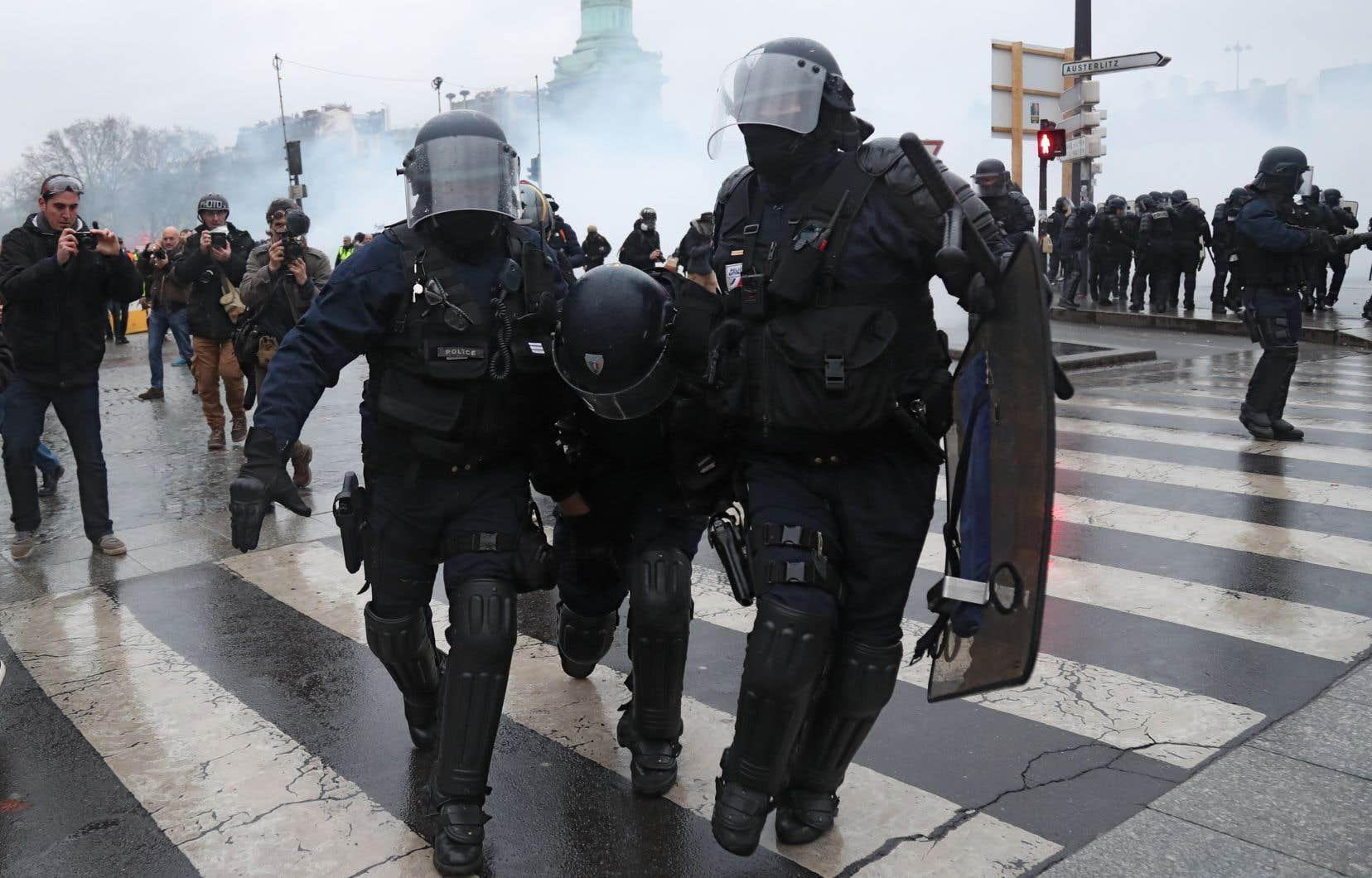 Au centre de Paris, des incidents ont éclaté place de la Bastille, haut-lieu symbolique, lieu de convergence de plusieurs cortèges de «gilets jaunes».