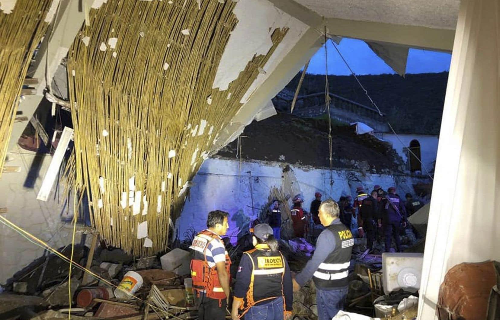 Des équipes de pompiers et de policiers, appuyées par des habitants, travaillent depuis samedi pour porter secours à des personnes encore bloquées sous les décombres.