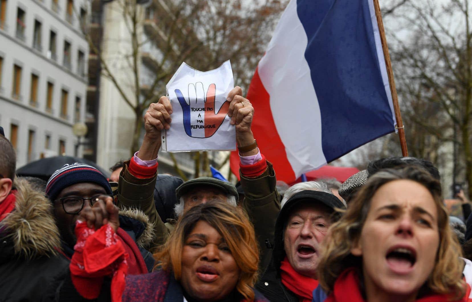 Des drapeaux français et quelques drapeaux européens parsemaient le cortège qui scandait «Oui à la démocratie, non à la révolution».