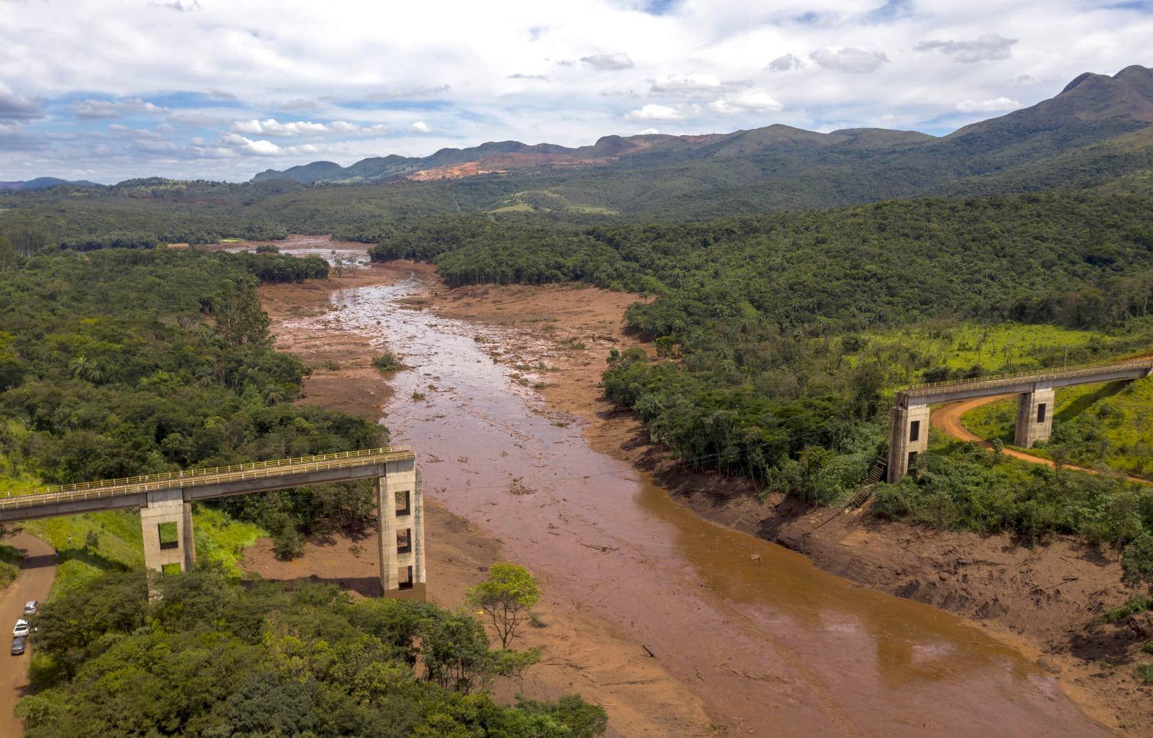 Vue aérienne d'un pont de chemin de fer qui a été emporté par une coulée de boue à la suite de la rupture d'un barrage d'une mine appartenant à l'entreprise brésilienne Vale.