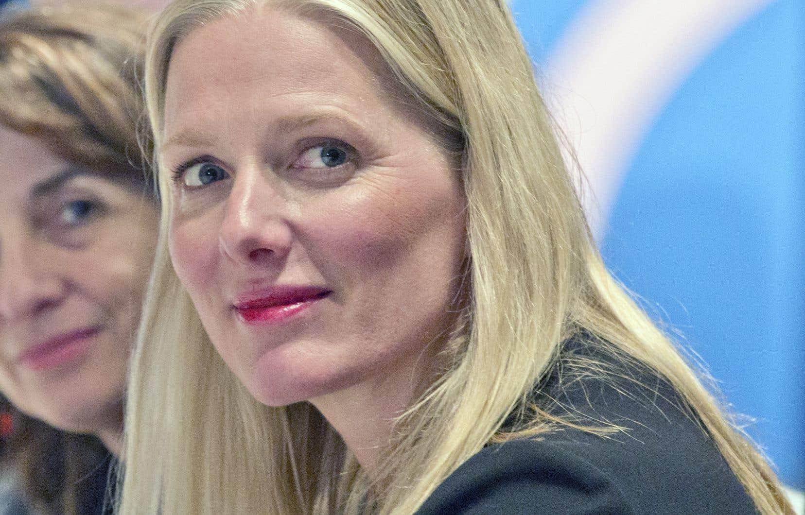 La ministre de l'Environnement, Catherine McKenna, dénonce la polarisation faite par les politiciens conservateurs de la taxe carbone.