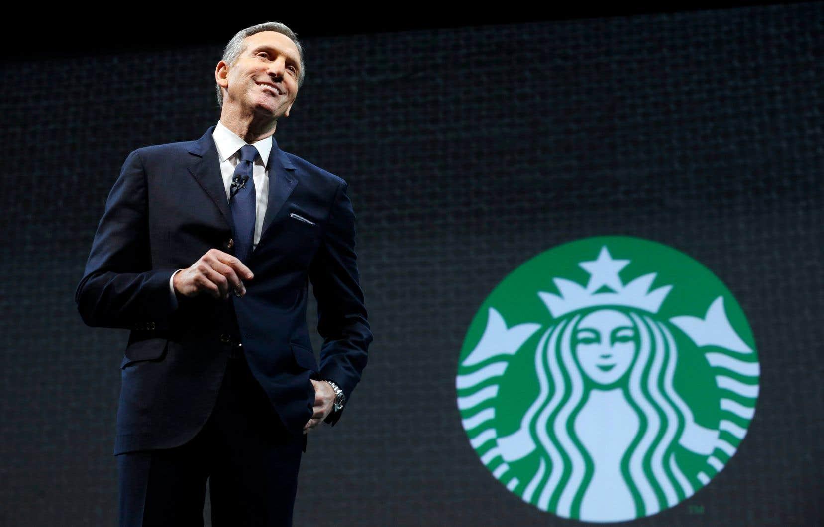 Howard Schultz s'exprimant lors de l'assemblée générale des actionnaires de la chaîne Starbucks, en mars 2015, à Seattle