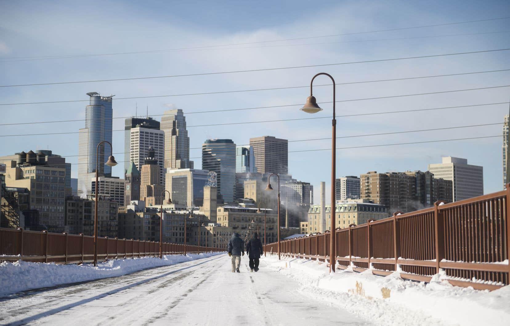 <p>À Minneapolis, les autorités ont ouvert des centres d'hébergement d'urgence dans les bâtiments publics et les bibliothèques, alors que les passagers des bus et des trains pourront rester à l'abri pour se réchauffer.</p>