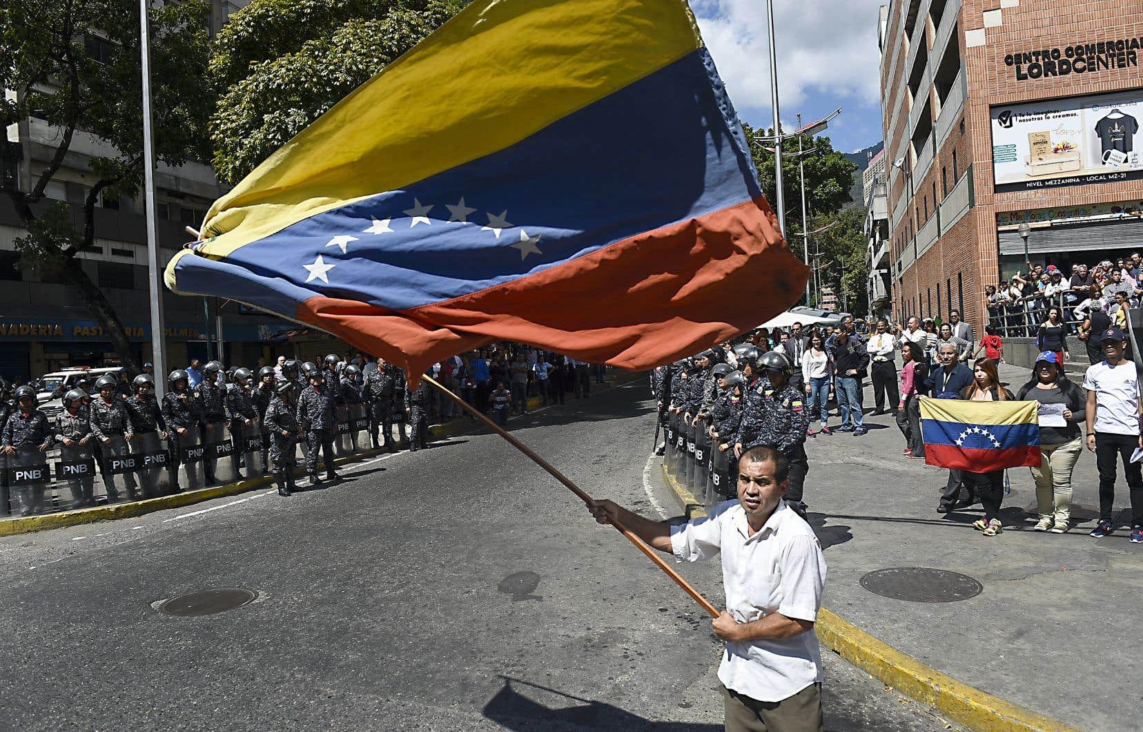 Un opposant au régime de Maduro défile dans les rues de Caracas à l'appel du président autoproclamé Juan Guaidó.