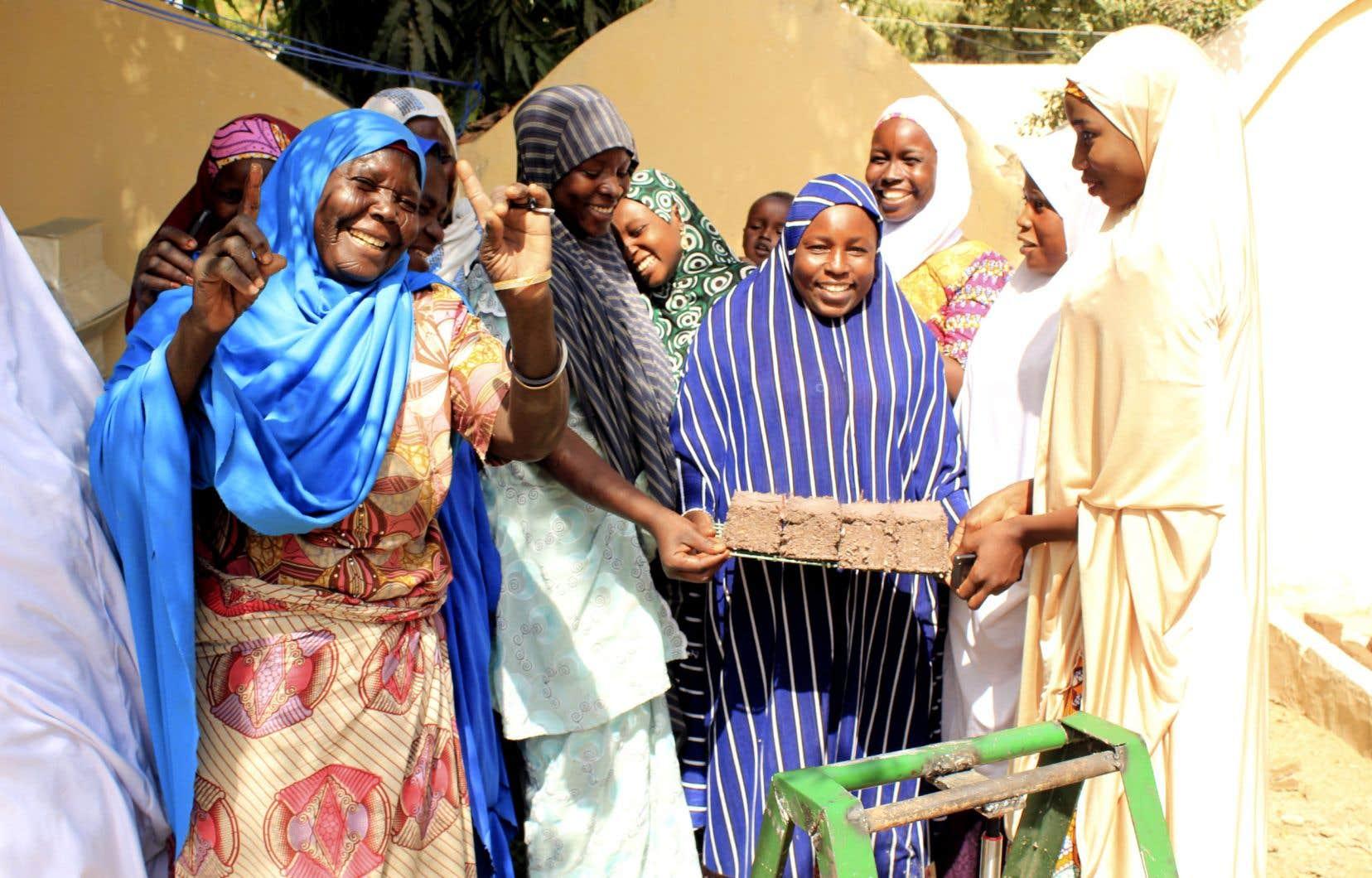 L'ONG nigériane Gender Equality, Peace and Development Centre, appuyée par l'Œuvre Léger, a lancé un programme de fabrication de briquettes à partir de résidus de biomasse recueillis sur place, dans les camps de réfugiés, au Nigeria.