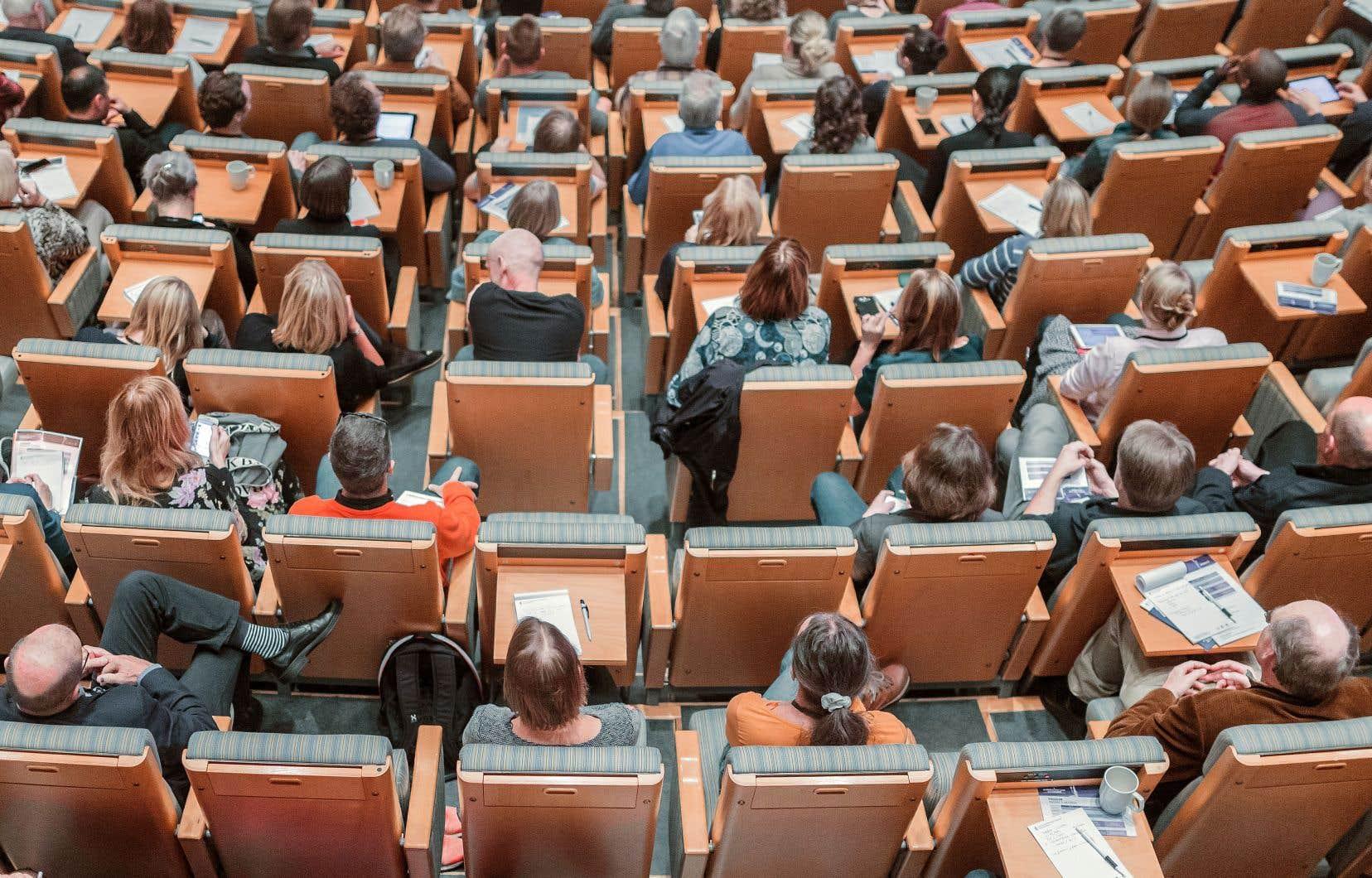 «La contestation de la légitimité des institutions a été renforcée à l'école par le courant pédagogique contemporain et son interprétation de tout cadre institutionnel comme contrainte inacceptable», estime l'auteur.