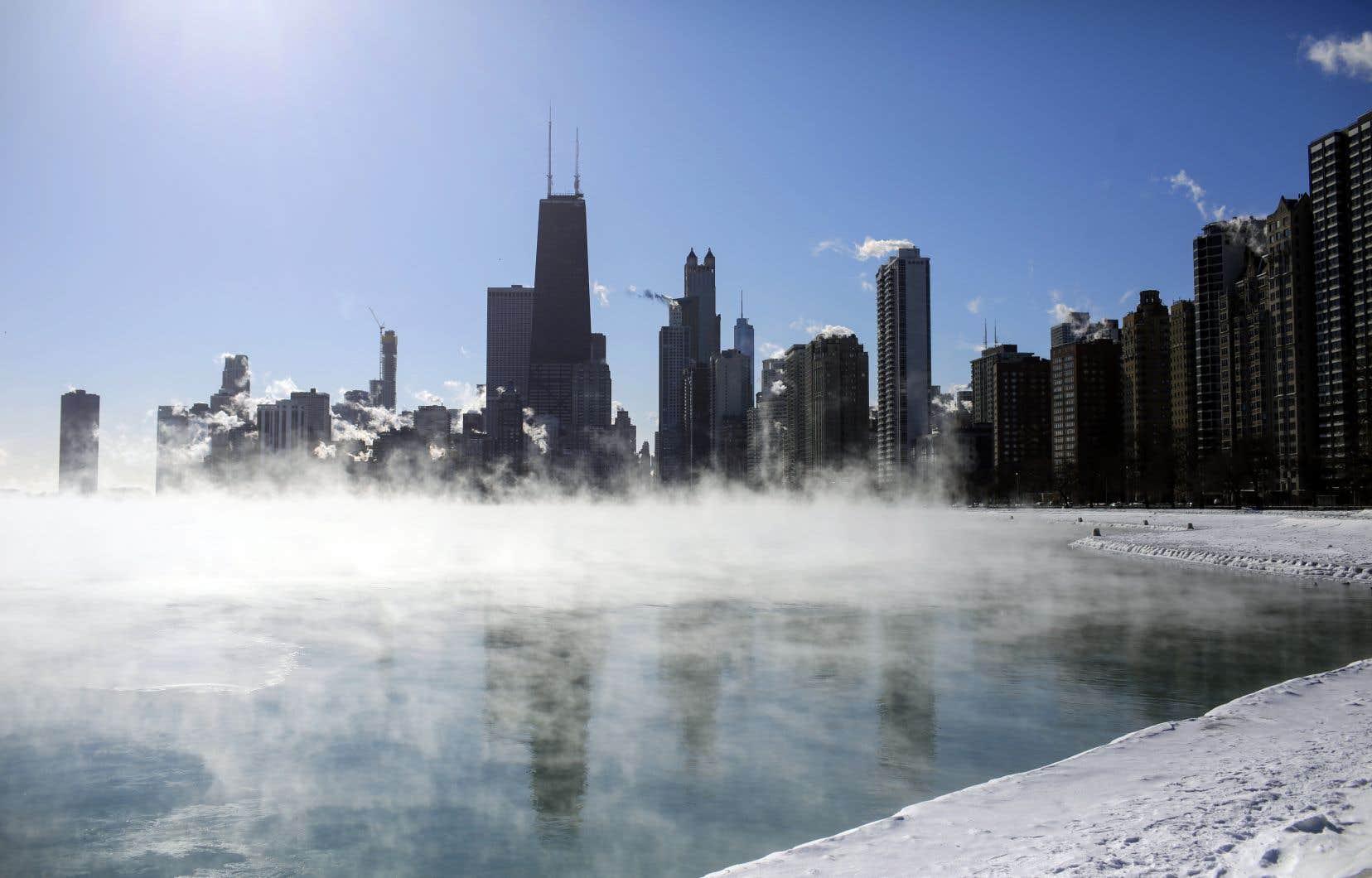 Les rives du lac Michigan sont recouvertes d'une brume provoquée par la différence de température entre l'air et l'eau.