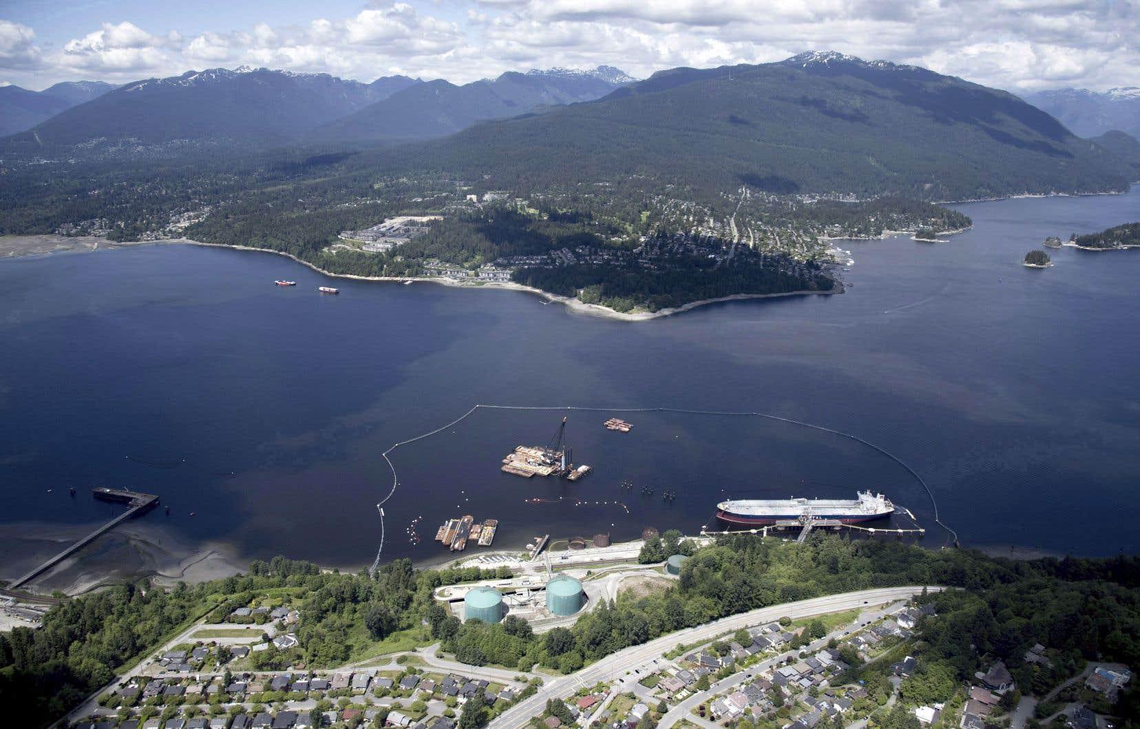 Vue aérienne du terminal pétrolier Trans Mountain, à Burnaby, en Colombie-Britannique