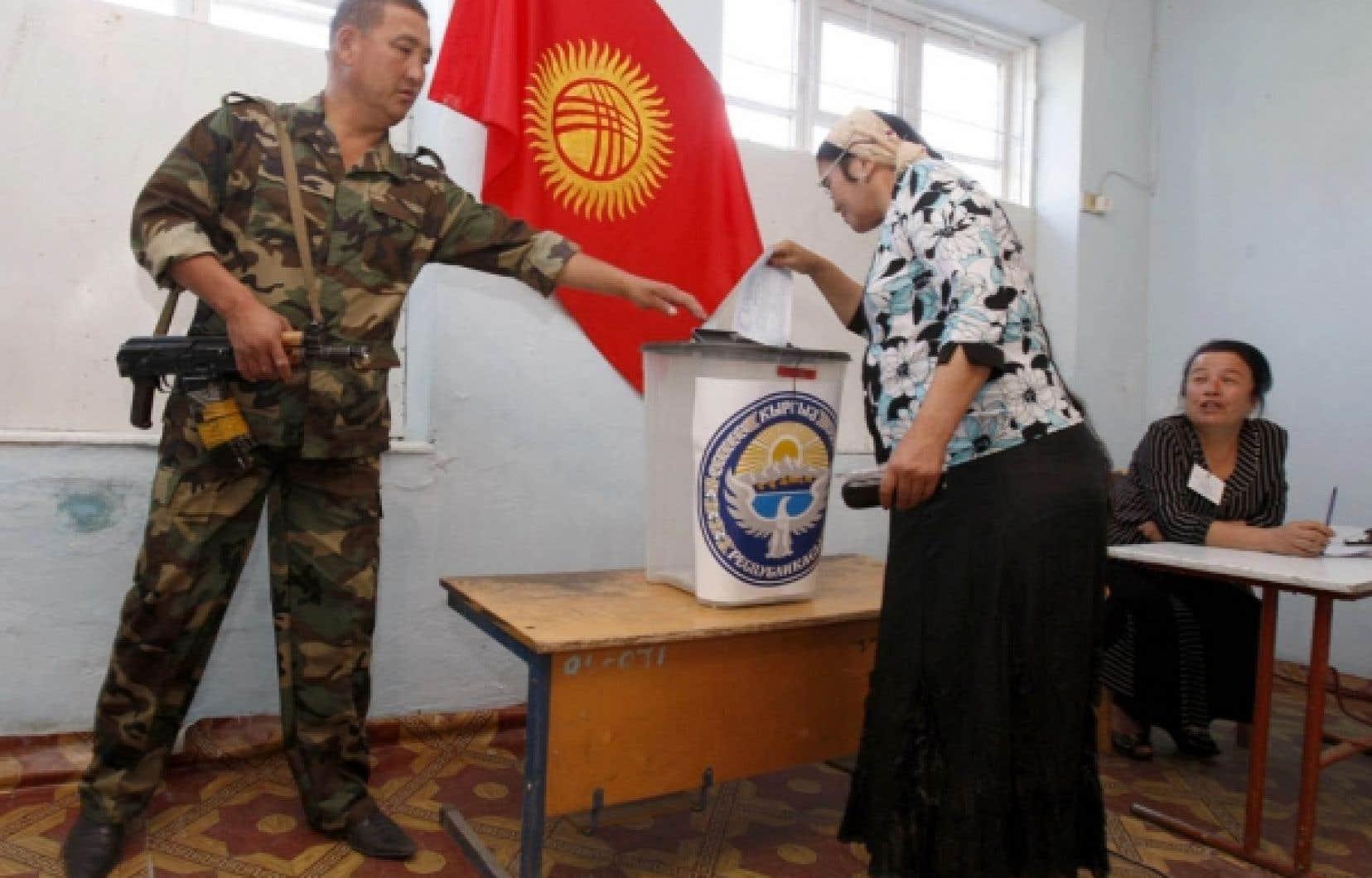 https://media2.ledevoir.com/images_galerie/nwd_69287_63938/une-kirghize-dans-un-bureau-de-scrutin-d-och-sous-l-oeil-attentif-d-un-militaire-hier.jpg