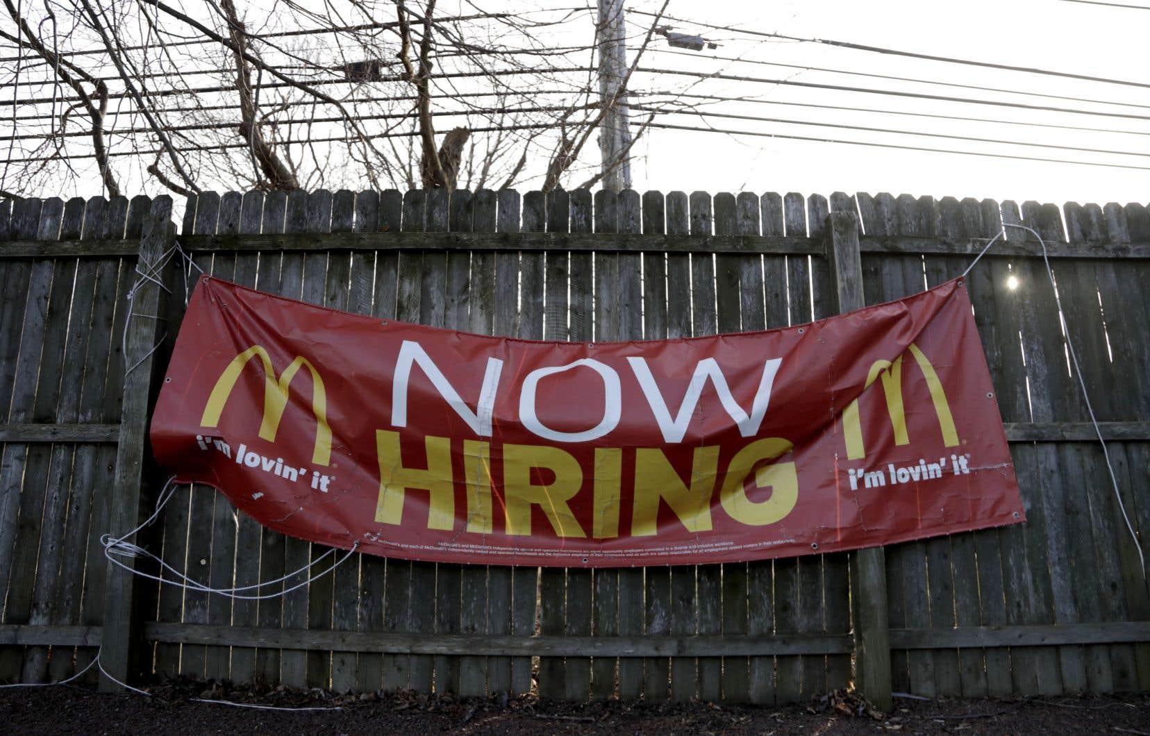 Le marché du travail américain est toutefois resté très dynamique avec 304000 créations d'emplois, un sommet depuis un an.
