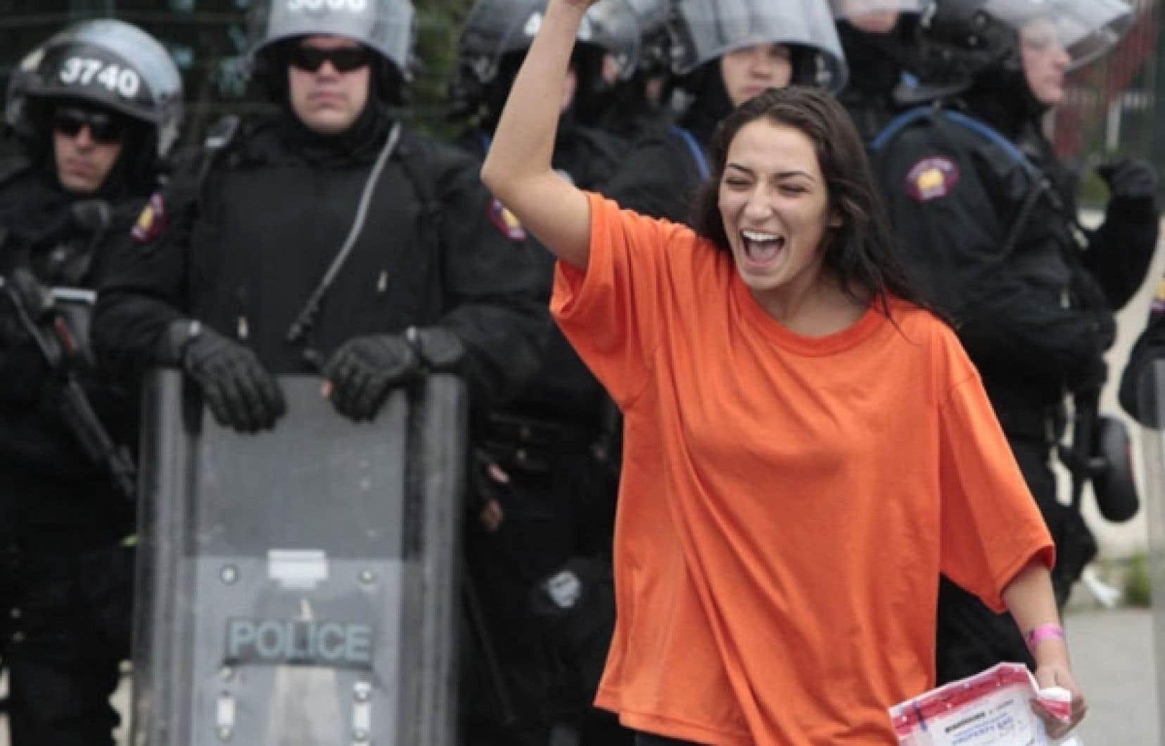 Une manifestante est libérée d'un centre de détention après avoir été interpellée par les forces de l'ordre de la Ville de Toronto. Les policiers de la Ville reine ont arrêté, ce week-end de G20, plus de 600 personnes, dans ce qui apparaît déjà comme la vague la plus importante d'arrestations de l'histoire contemporaine du Canada.<br />