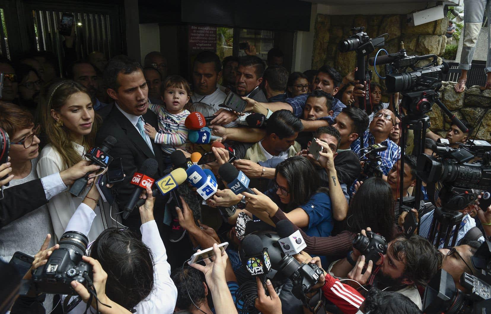 Juan Guaidó a prévenu vendredi qu'il était prêt à d'éventuelles négociations, mais seulement si le départ de l'actuel chef de l'État Nicolás Maduro était dans la balance.