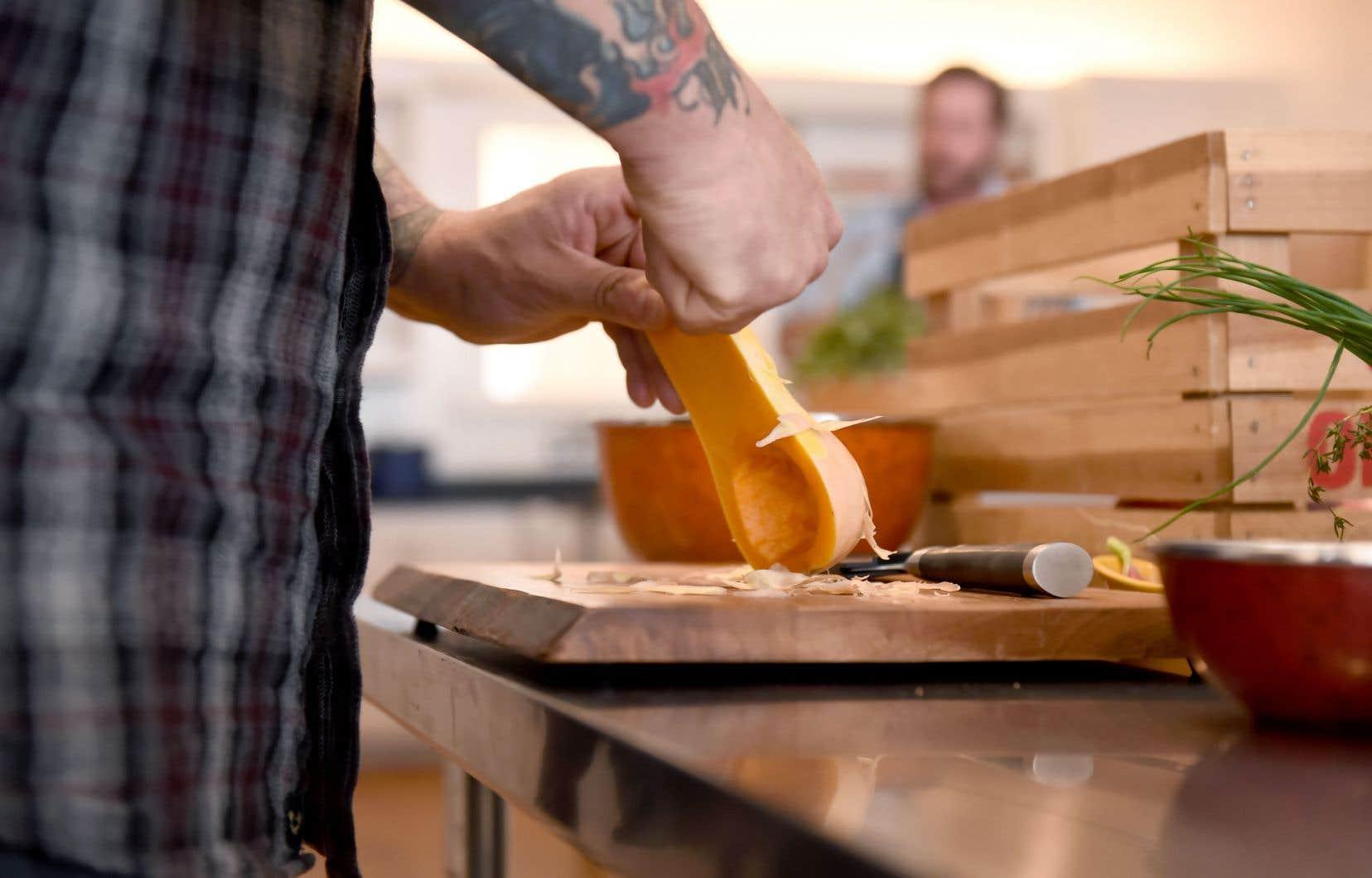 «Je constate souvent que le problème est moins du côté de l'argent disponible, que sur leur habileté à cuisiner des repas», affirme Kate Johnson.