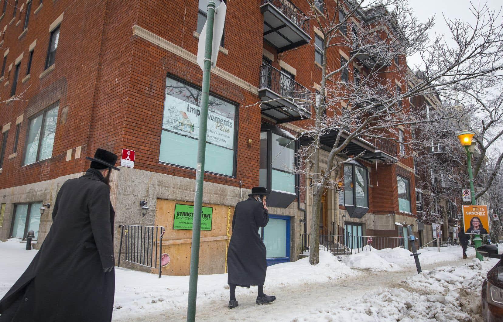 L'édifice où sera aménagée la synagogue est situé sur l'avenue Bernard, à l'intersection de l'avenue Champagneur.