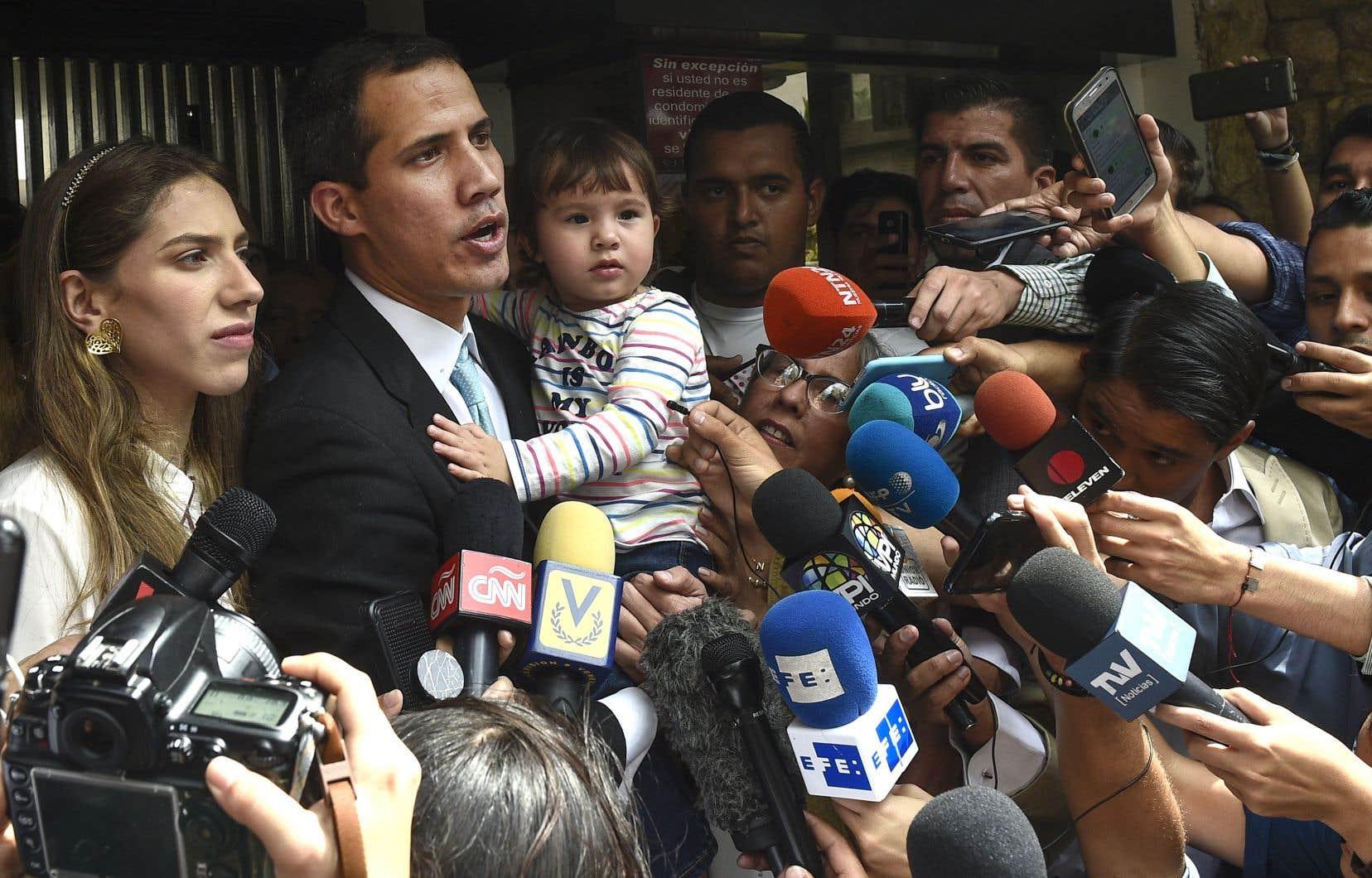Juan Guaidó en compagnie de sa conjointe et leur enfant, face aux médias