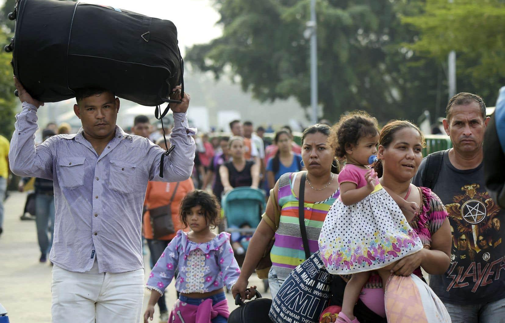 Des Vénézuéliens photographiés mardi alors qu'ils traversaient la frontière entre leur pays et la Colombie.