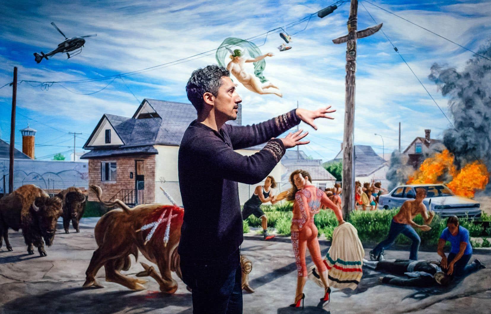 Kent Monkman devant la toile «Seeing Red» (Voir rouge) lors de la présentation de son exposition «Honte et préjugés: une histoire de résilience» au Musée McCord, mardi.