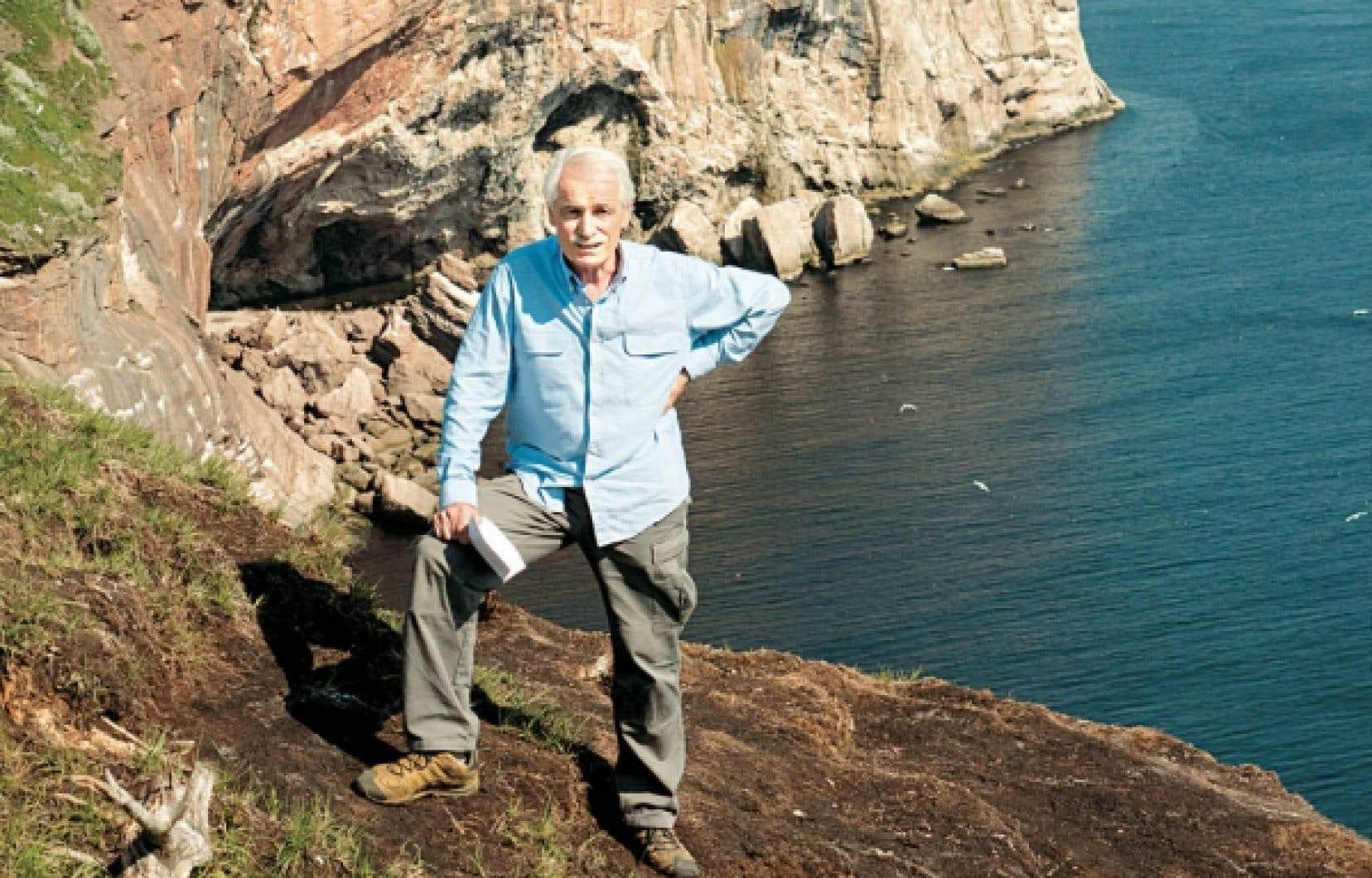 L'écologiste et cinéaste français Yann Arthus-Bertrand, sur les rochers de l'île Bonaventure, en face de Percé. Il y a amorcé la semaine dernière son dossier consacré aux défis écologiques du Québec.<br />
