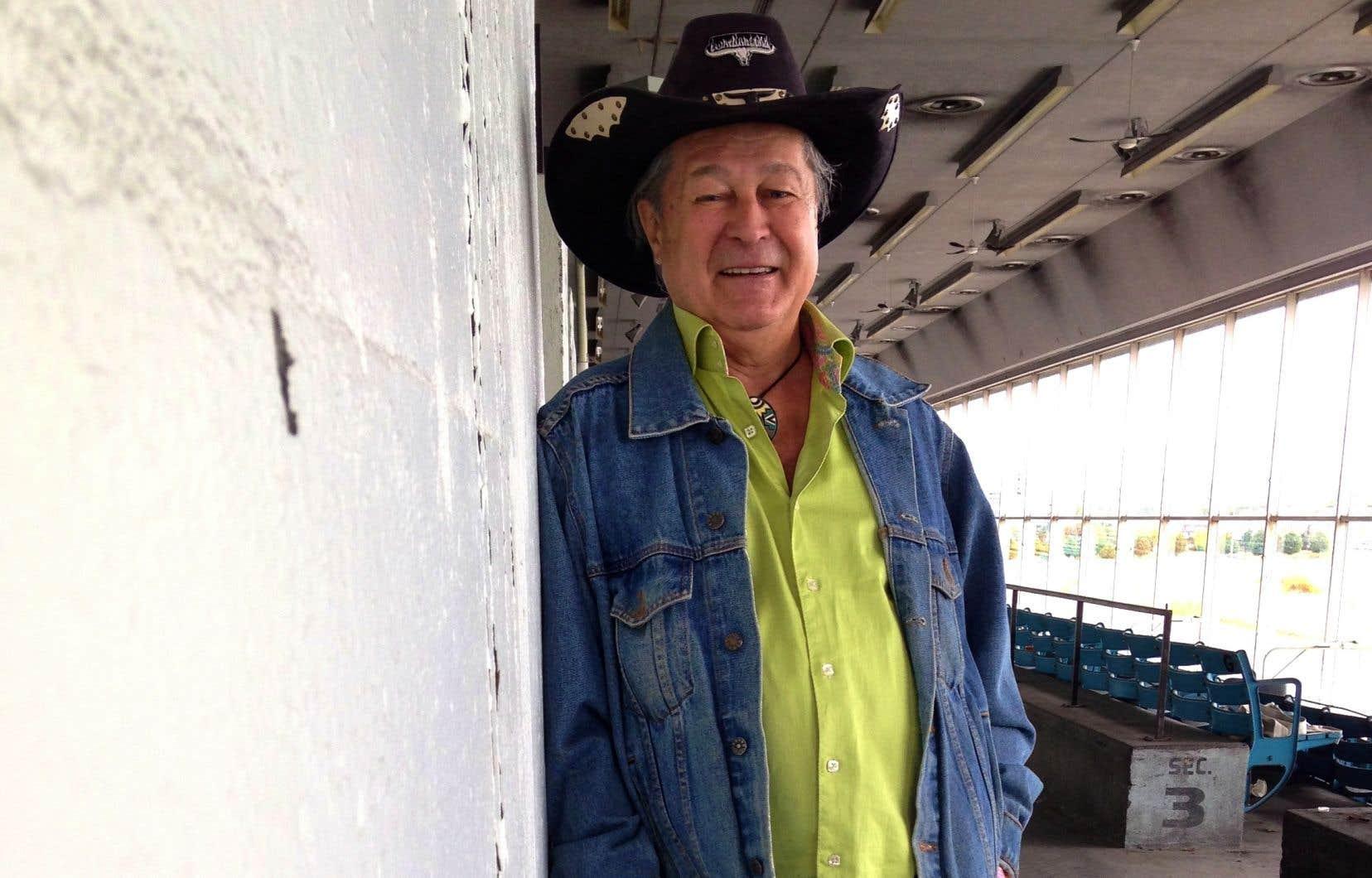 En marge de son travail, Guy Émond a aussi été chanteur de musique country.