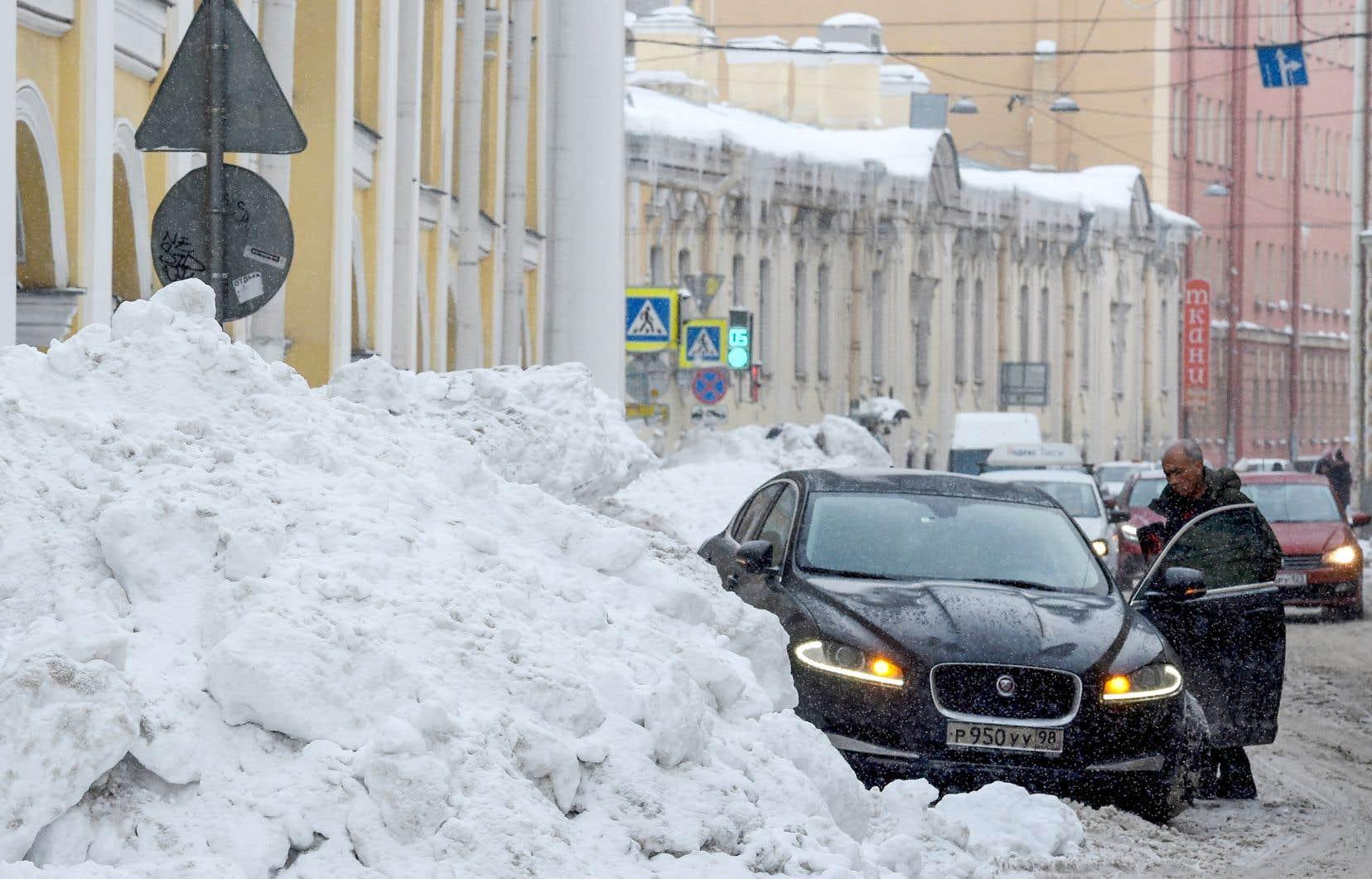 Les trottoirs sont complètement gelés et d'énormes congères parsèment la deuxième ville de Russie tandis que la circulation, à pied ou en voiture, vire au cauchemar.