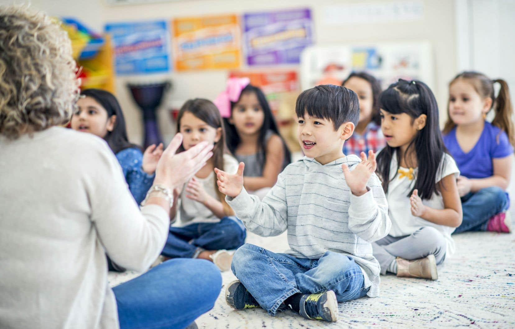 L'apprentissage qui est offert dans les services éducatifs de la petite enfance est complémentaire à la stimulation vécue au sein de la famille.