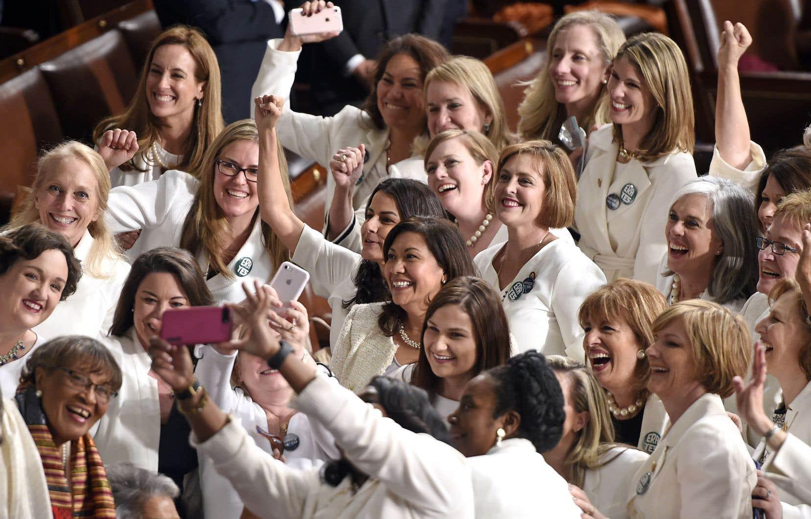 Les élues américaines s'étaient habillées de blanc, mardi, pour marquer le centième anniveraire des suffragettes.