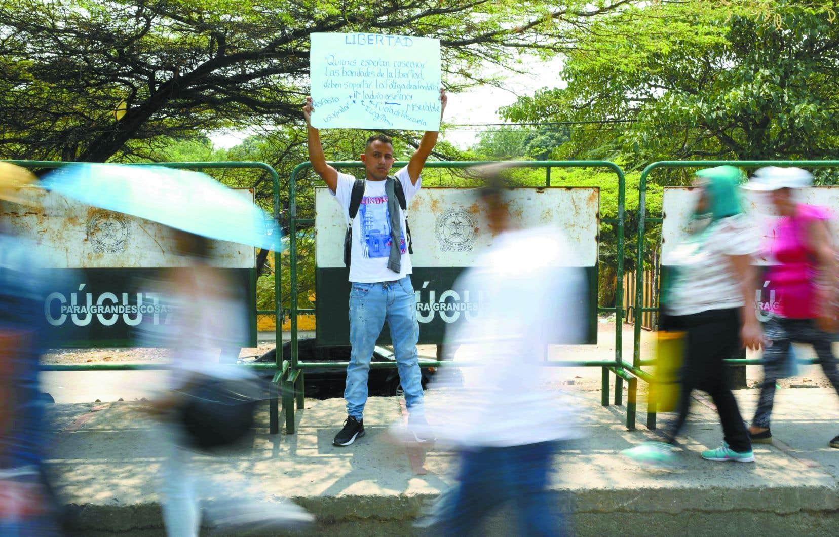 Un migrant vénézuélien manifestait, lundi, contre le gouvernement Maduro à La Parada, près de Cúcuta en Colombie.
