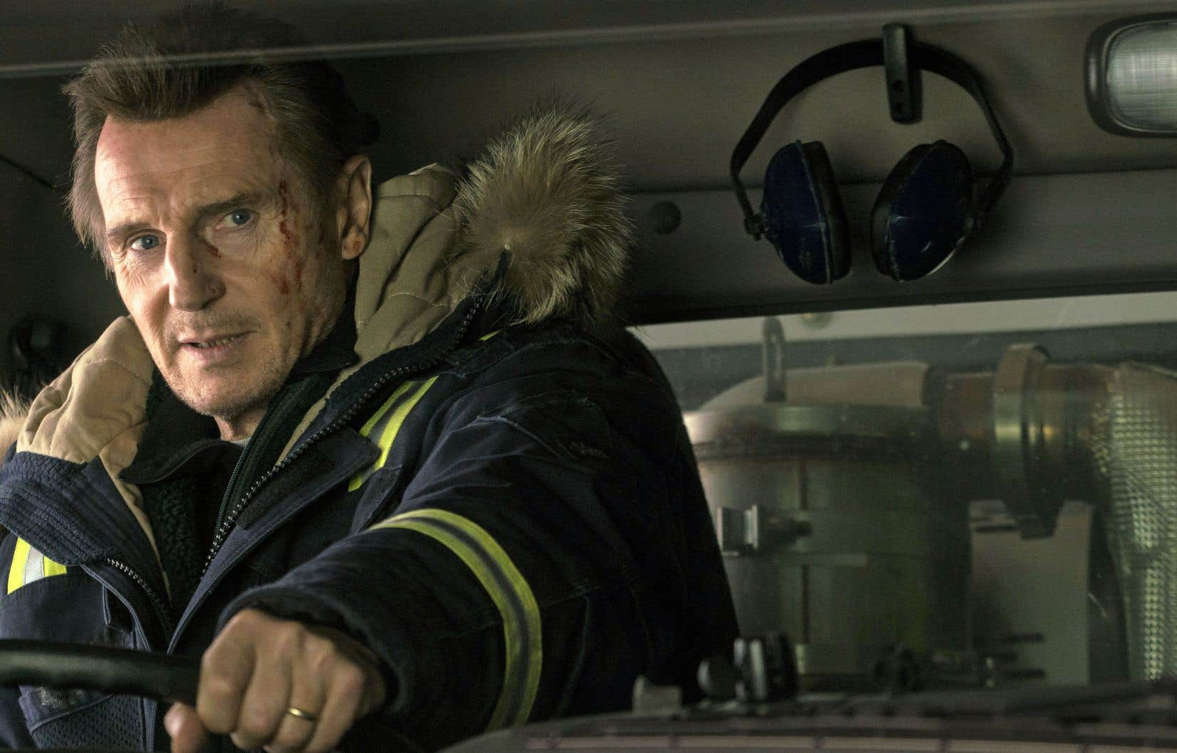 Liam Neeson utilise sa haute stature pour composer une machine humaine déterminée et peu loquace dans cet hybride entre thriller et comédie noire.