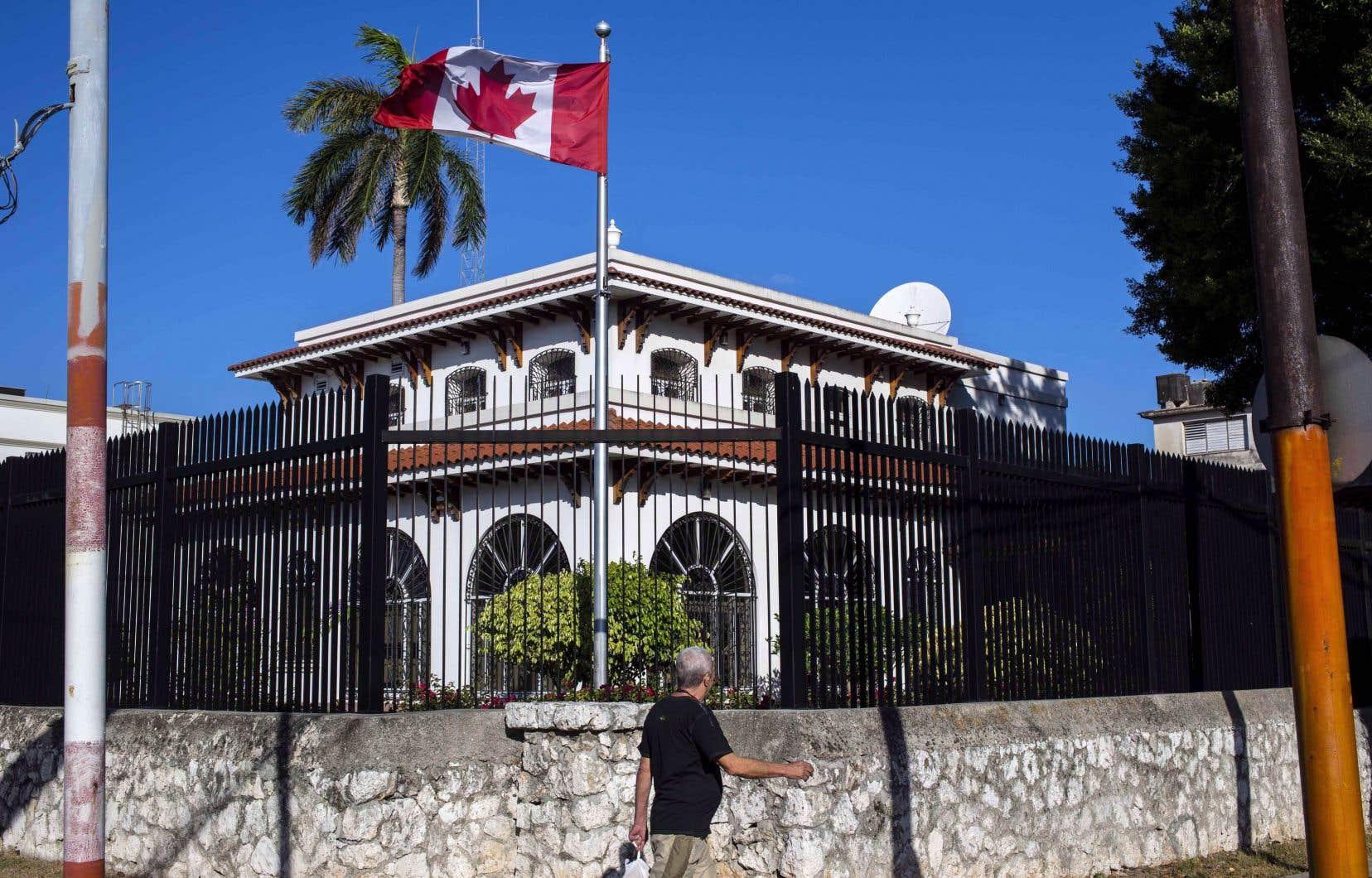 Cinq diplomates canadiens ont déposé une poursuite en Cour fédérale mercredi pour réclamer plus de 28millions au fédéral, pour eux et leurs proches.
