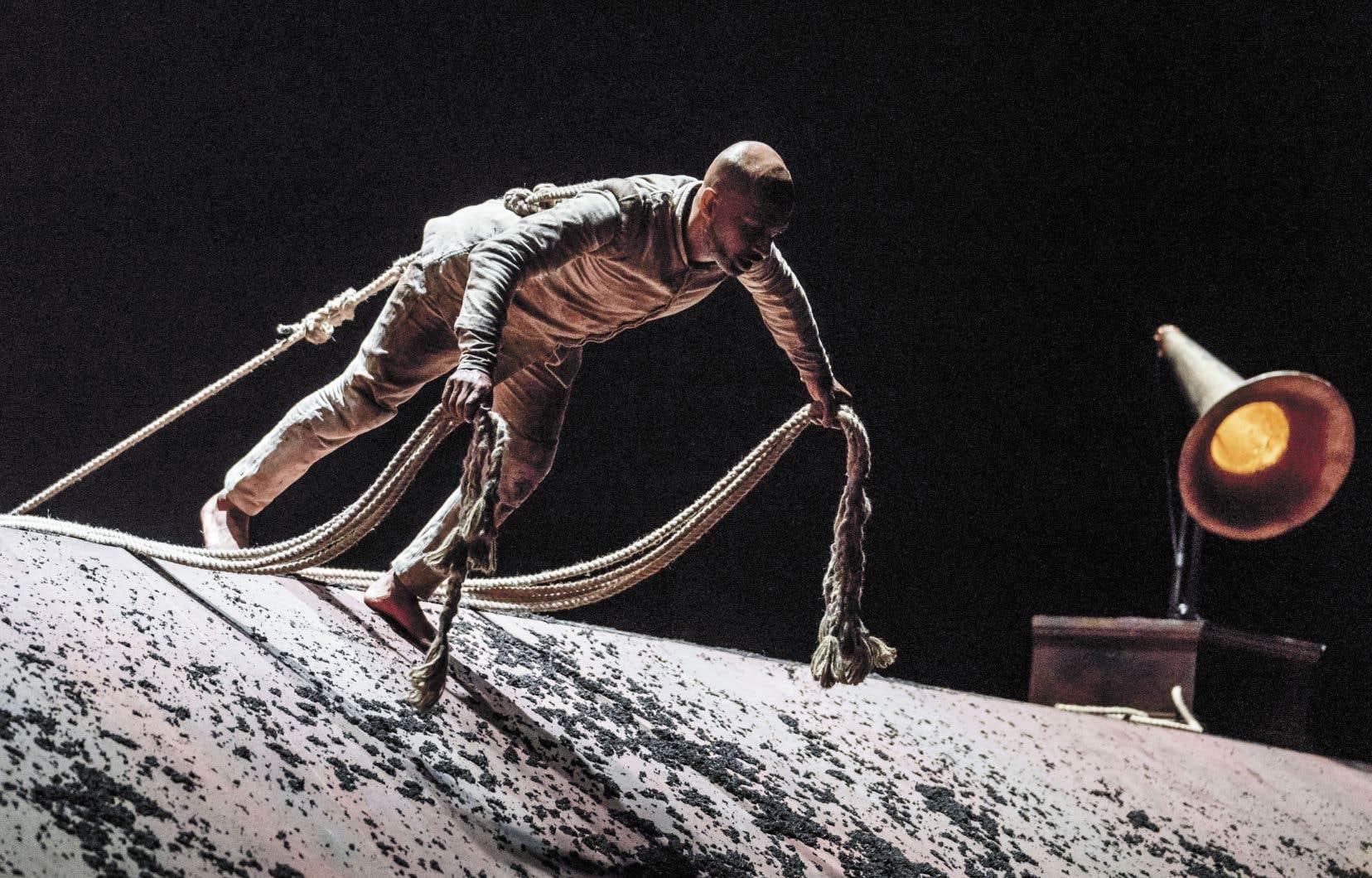 Dans son solo «XENOS», le chorégraphe et interprète Akram Khan donne corps à un soldat, un danseur de kathak jeté dans l'enfer des tranchées de la Première Guerre mondiale.