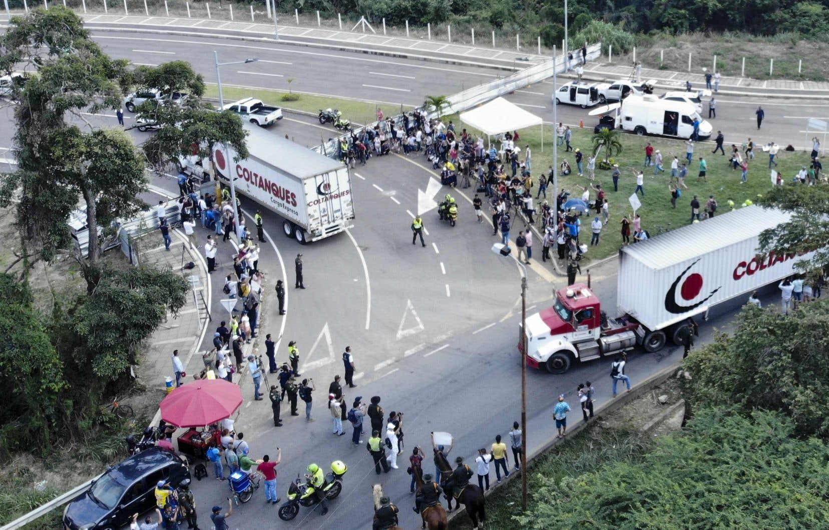 Une dizaine de véhicules, transportant notamment des aliments non périssables, sont arrivés jeudi dans la ville frontalière de Cúcuta.